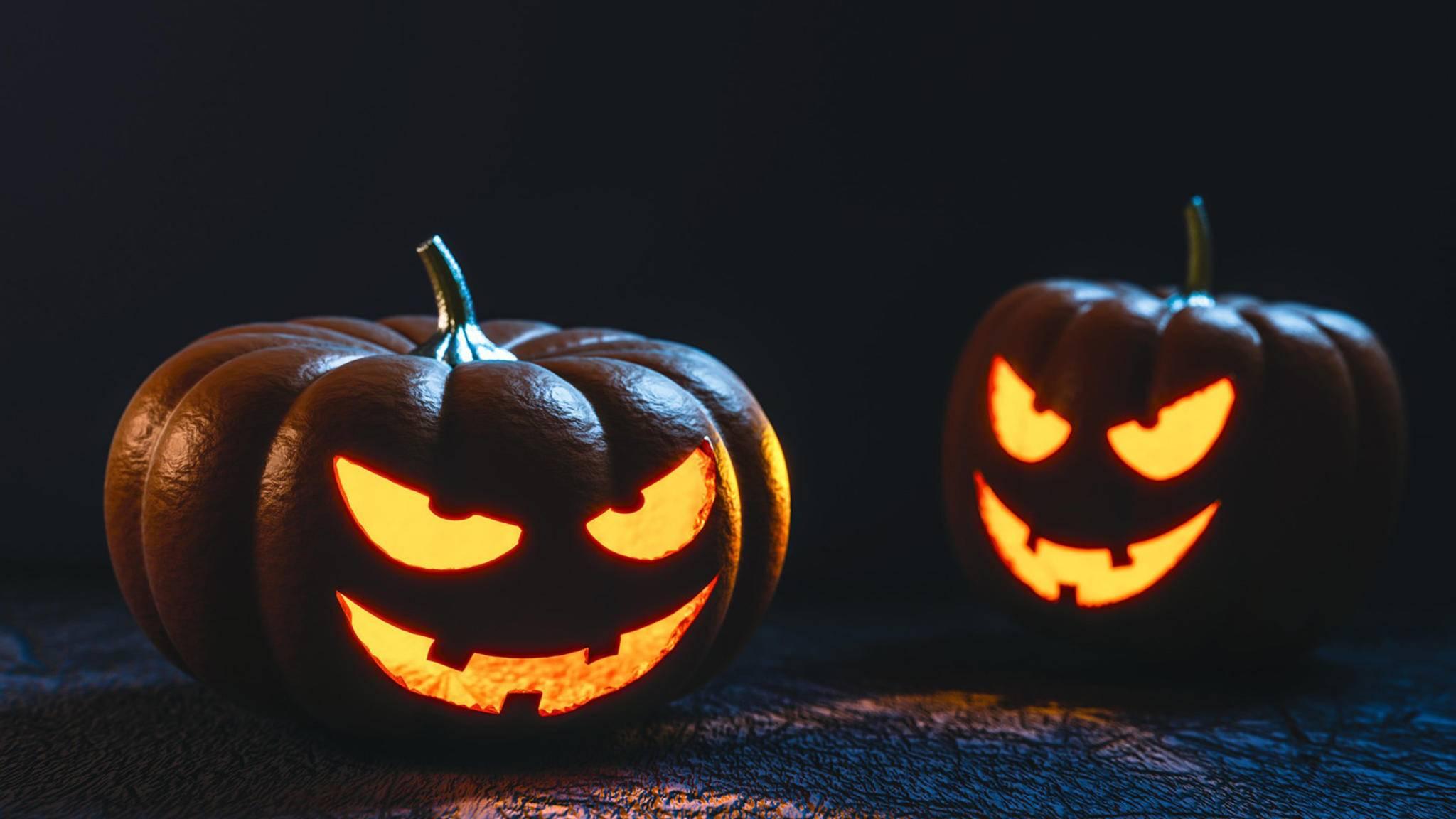 Keine Zeit für eine selbstgeschnitzte Kürbislaterne? Mit diesen Lifehacks dekorierst du in Windeseile für Halloween.