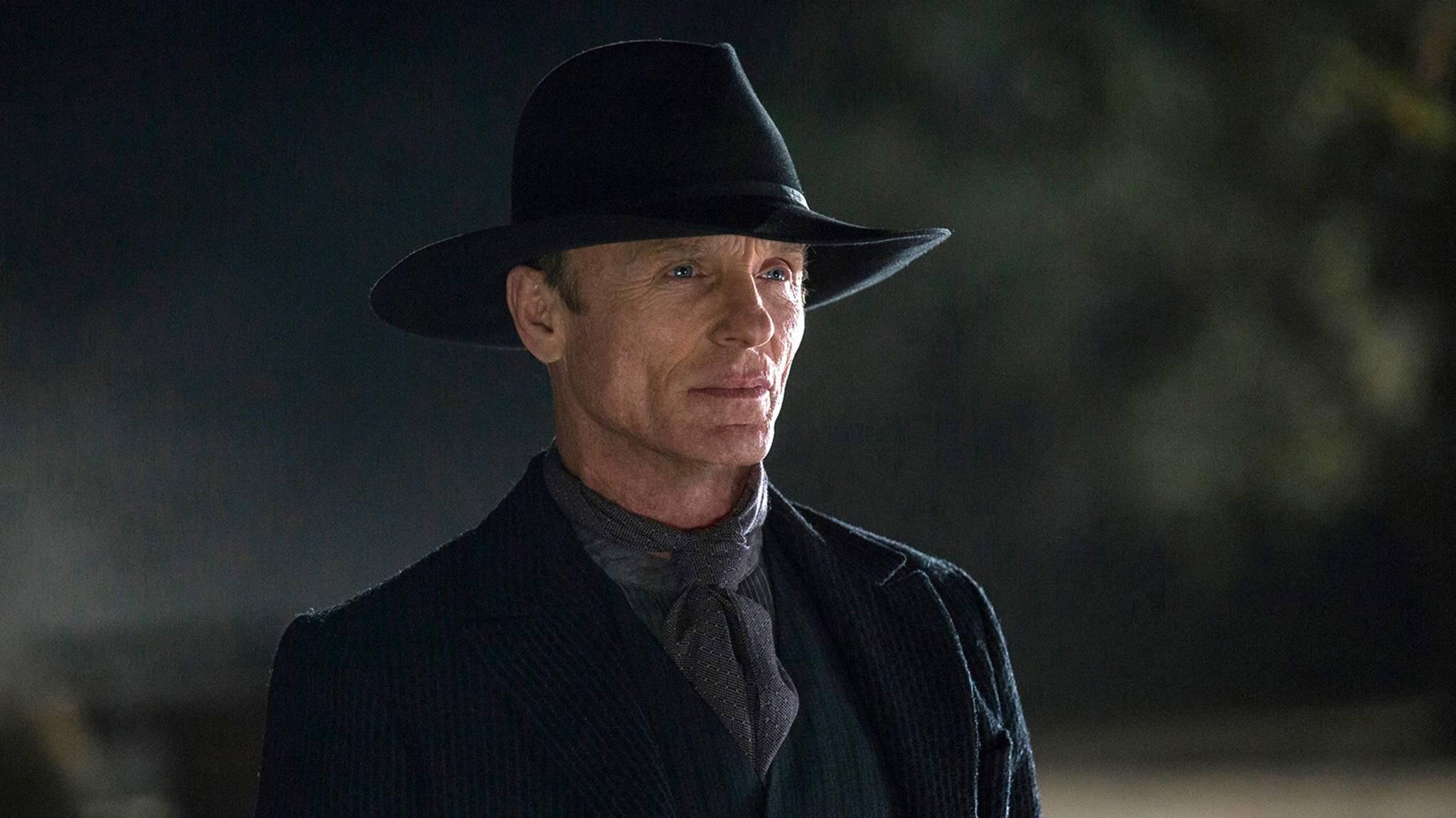 """Bekommt der Mann in Schwarz (Ed Harris) es in Staffel 2 von """"Westworld"""" mit göttlichen Mächten zu tun? Auf jeden Fall wird er wohl seinen Hut aufbehalten."""