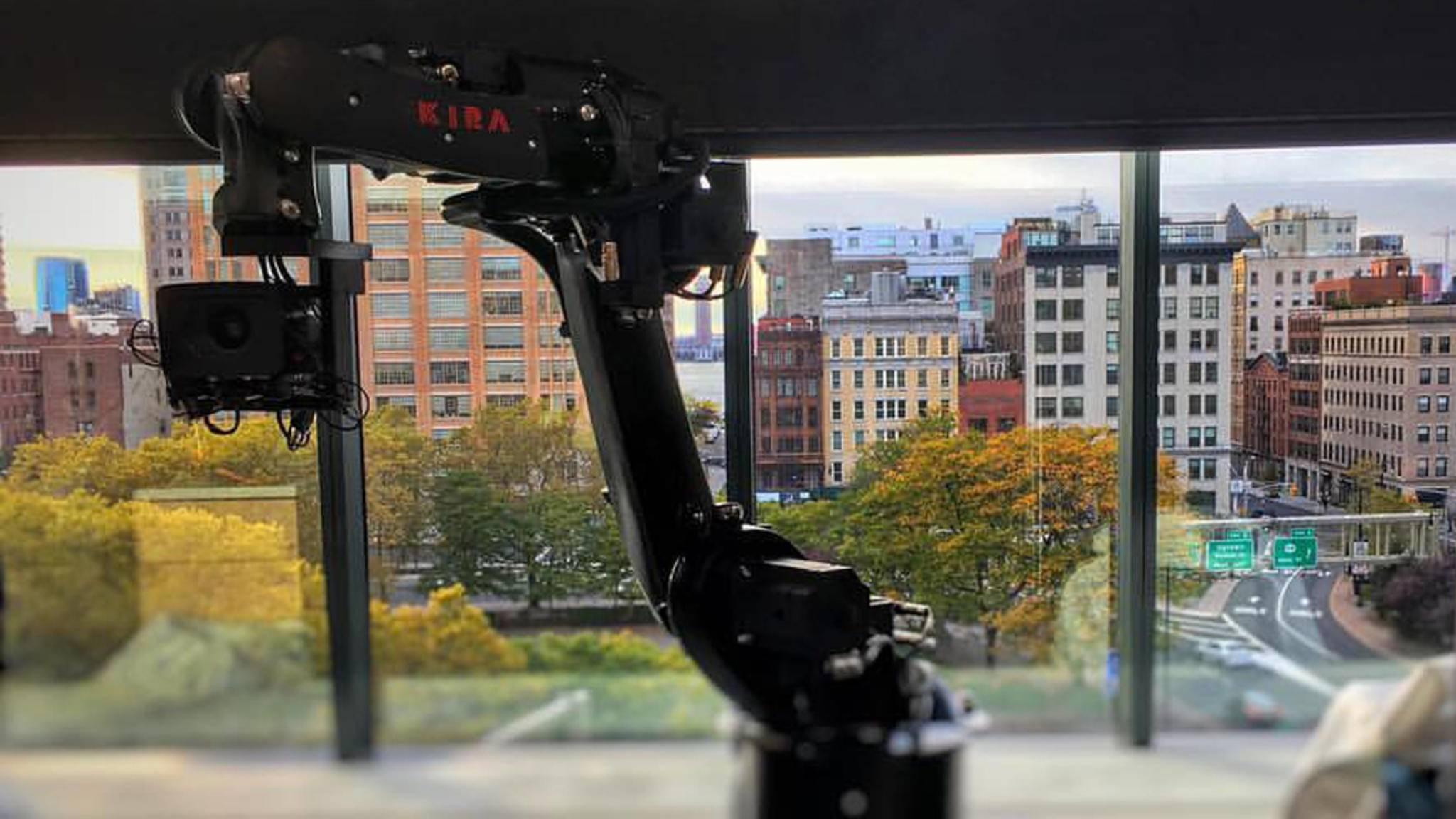 Gestatten: KIRA, Roboter-Kameramann für Microsofts Surface Studio-Produktvideo.
