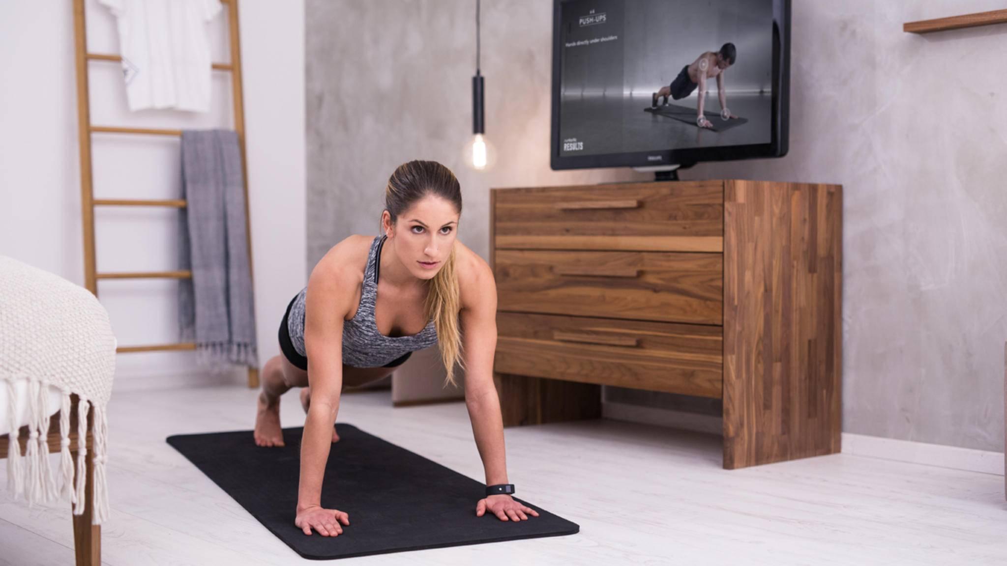 Klassische Liegestütze trainieren Schulter-, Arm- und Brustmuskulatur.
