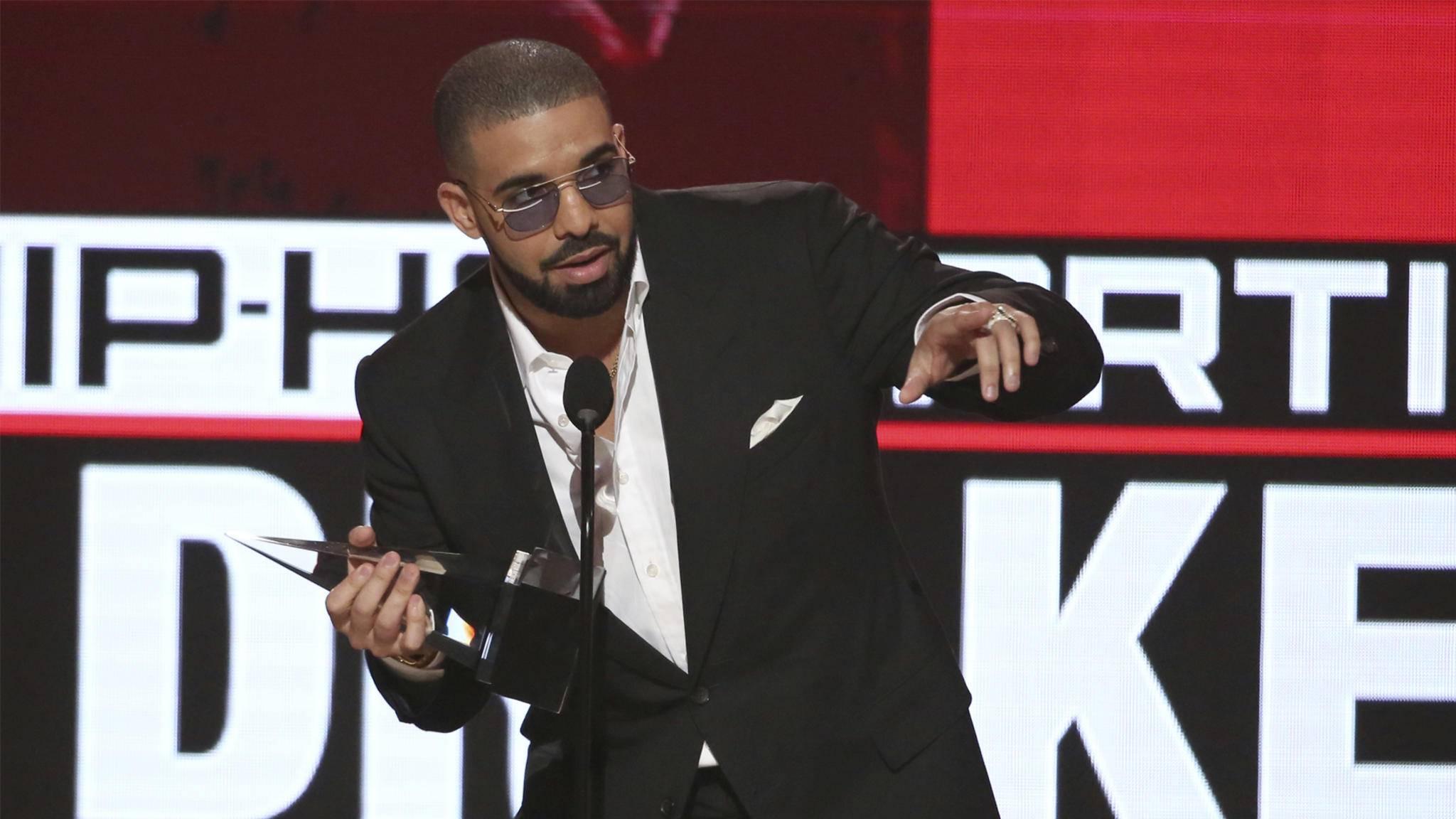 Drake nahm bei den AMAs 2016 drei Solo-Preise entgegen.