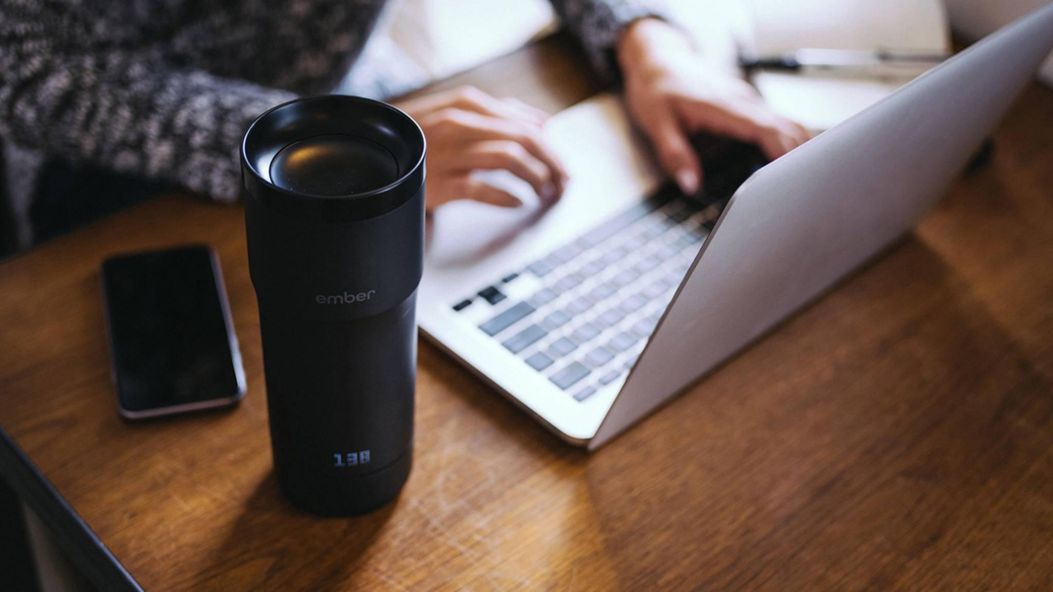 Der Ember-Becher hält Deinen Kaffee auf Wunschtemperatur.