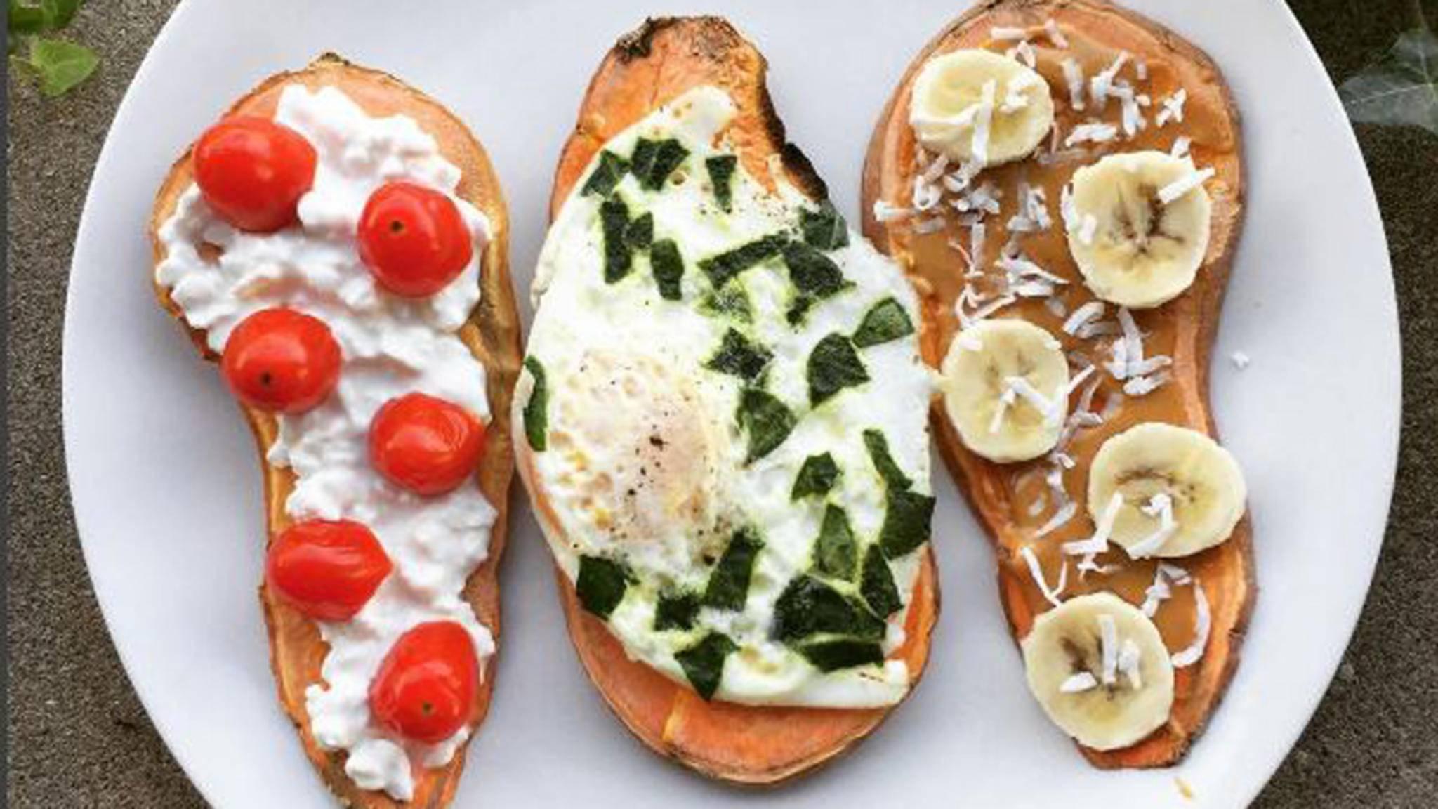Süßkartoffel-Toasts lassen sich vielseitig belegen.