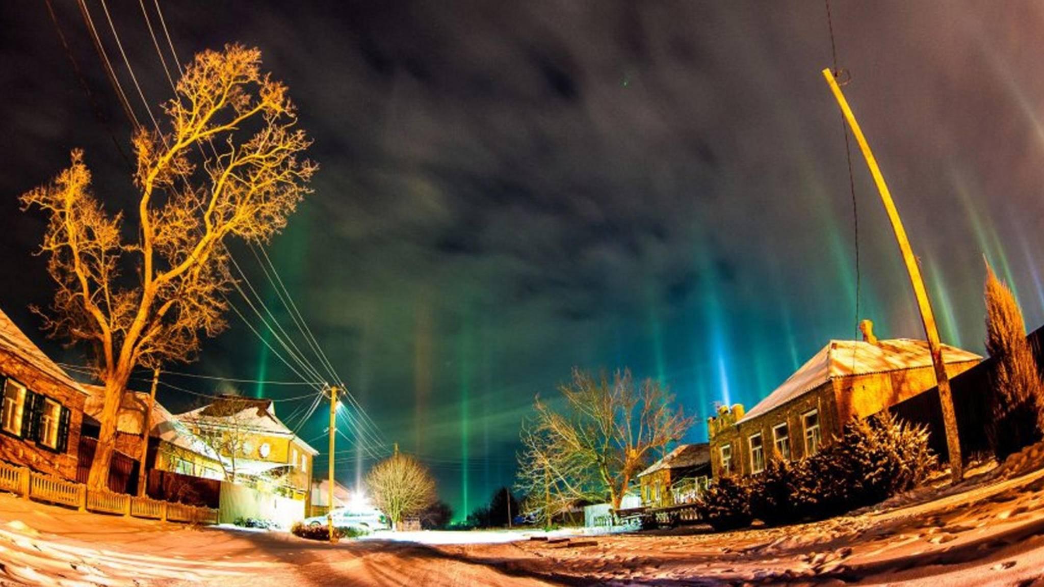 Die bunten Lichtsäulen gibt es nur im Auge des Betrachters.