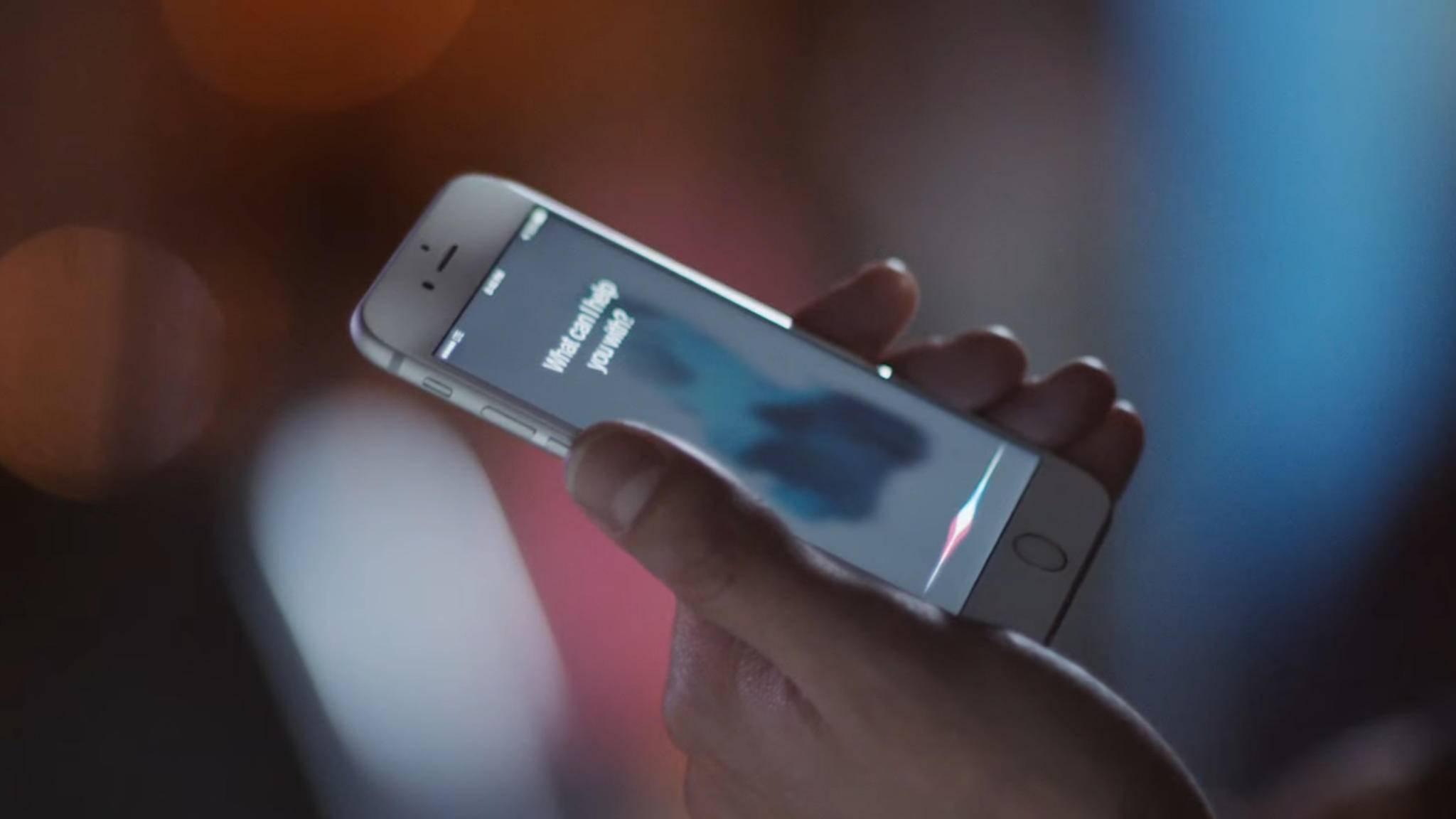 Bei einem bestimmten Sprachbefehl wählt Siri den Notruf automatisch.