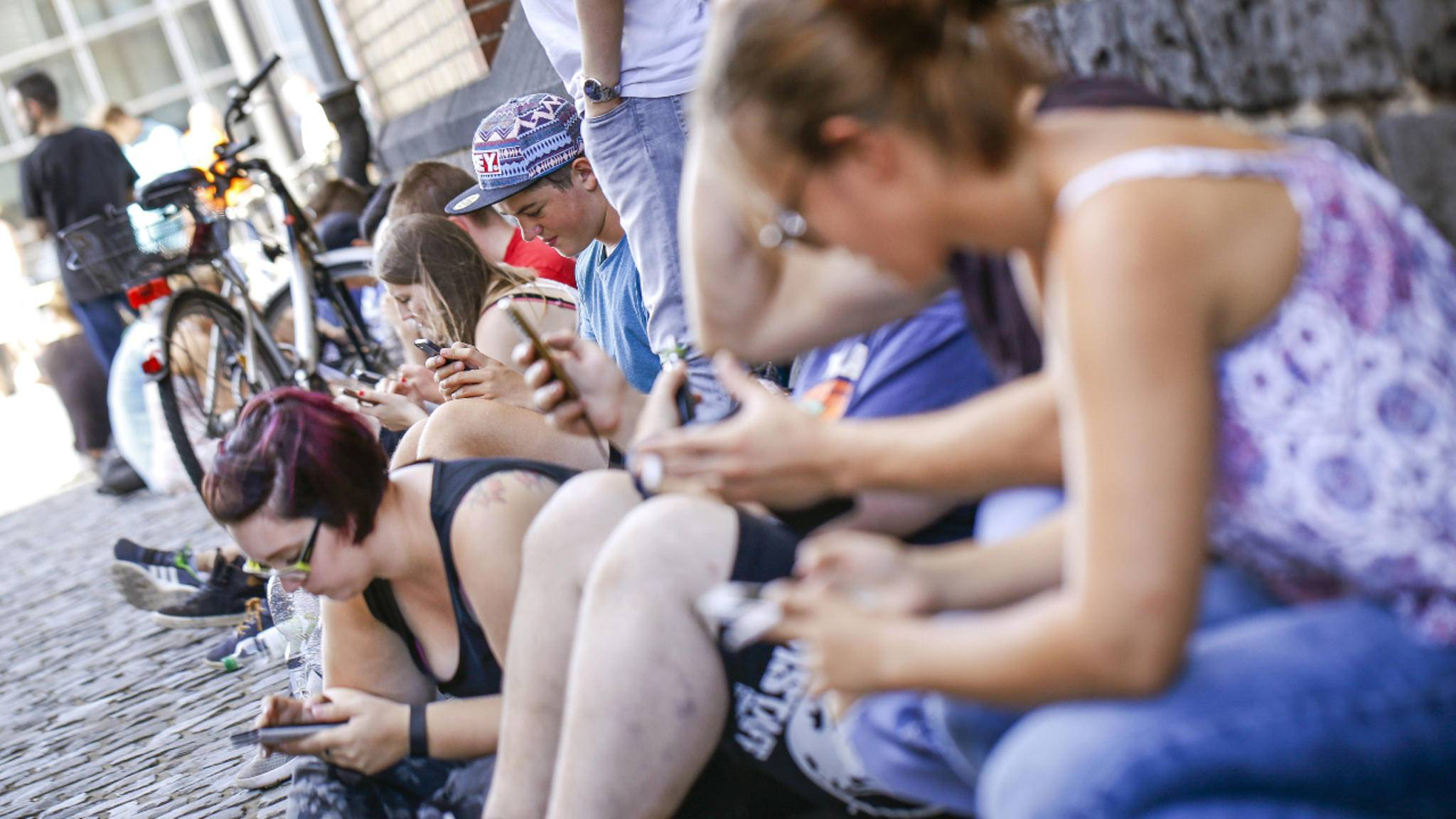 Smartphone-Sucht: Smombie war nicht umsonst das Jugendwort des Jahres 2015.