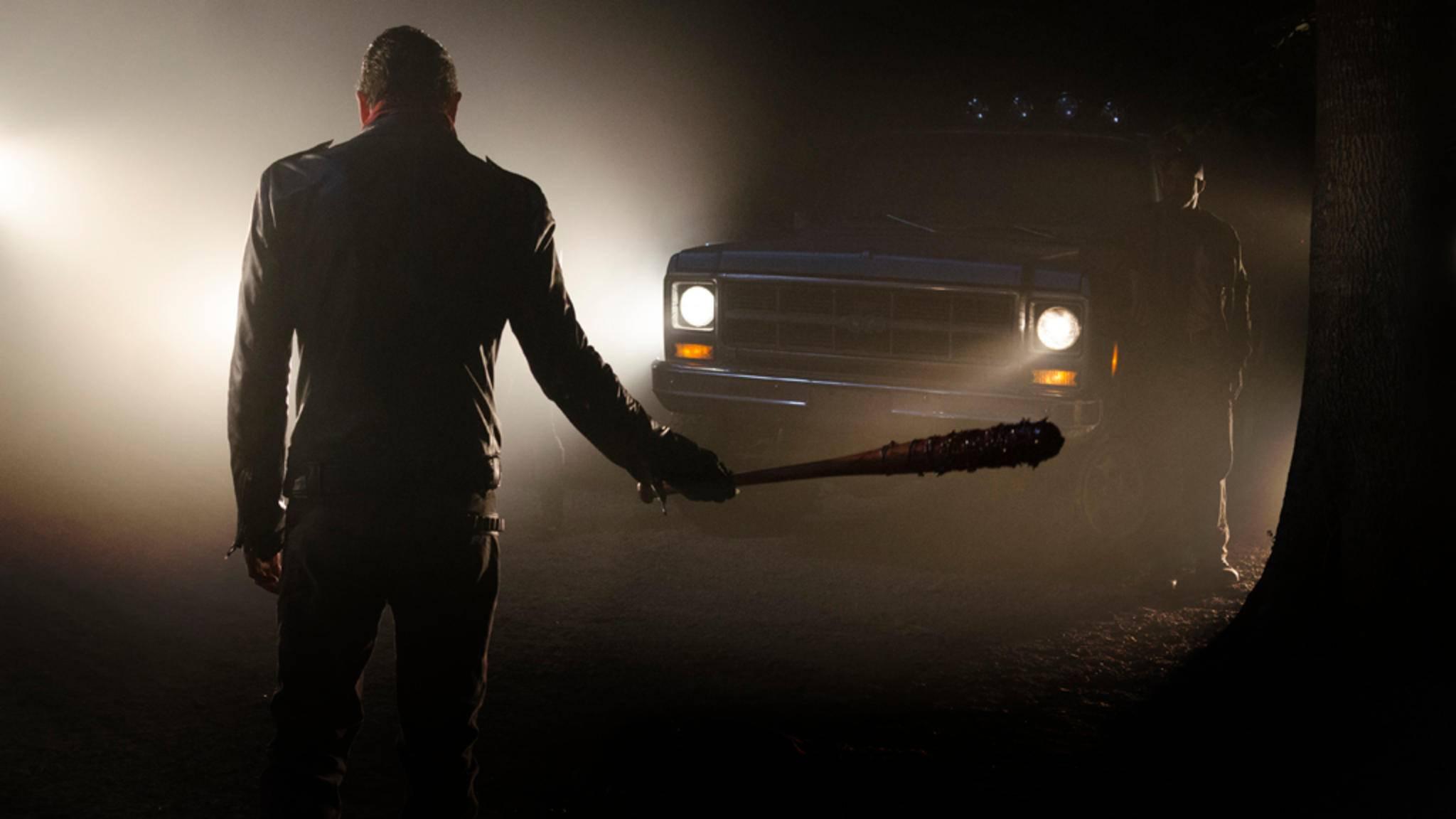 """Armer Negan! Aber so richtig Mitleid will am """"The Walking Dead""""-Set niemand mit ihm haben."""