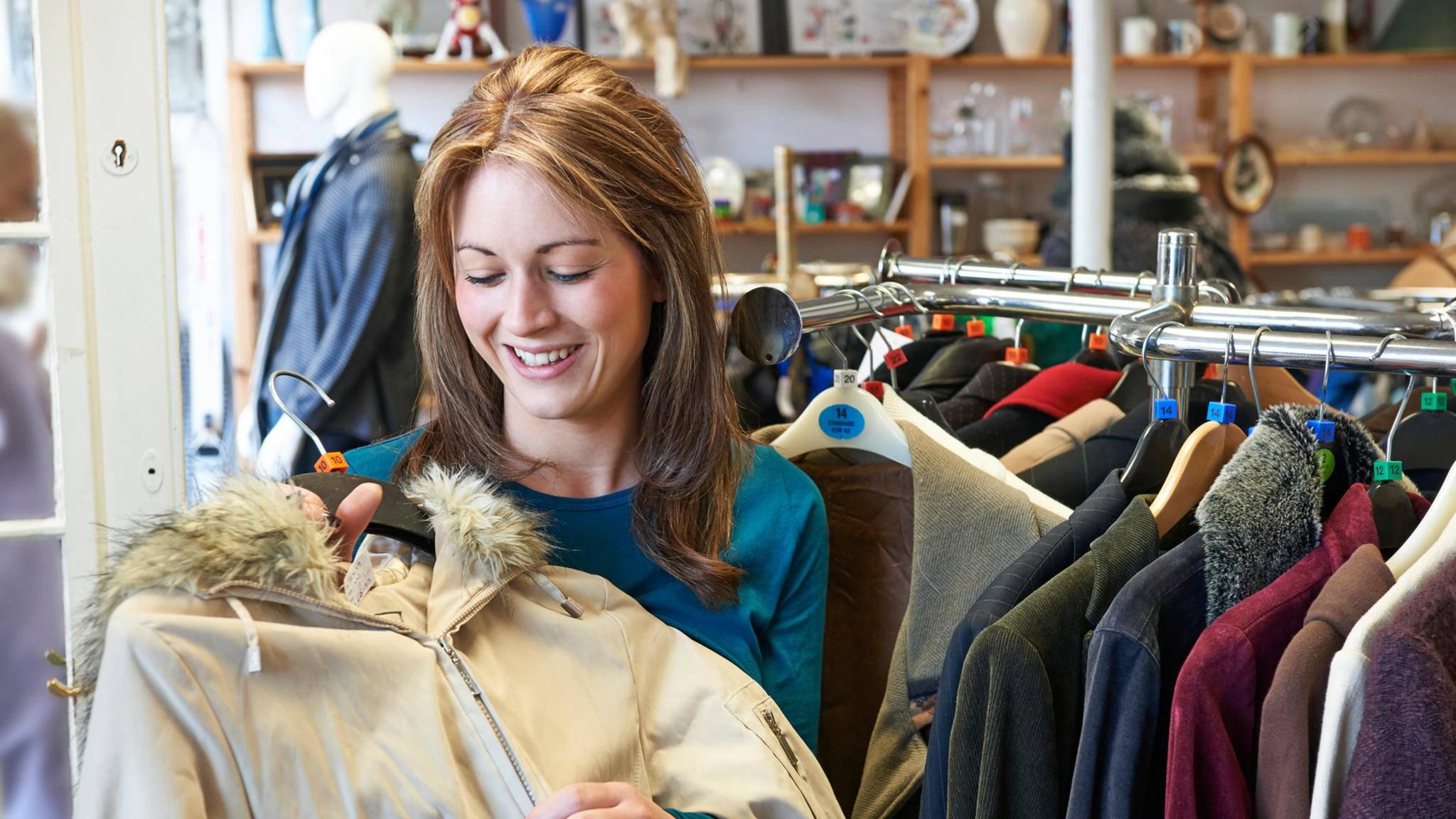 Alte Kleidung muss nicht unbedingt in die Altkleidersammlung.