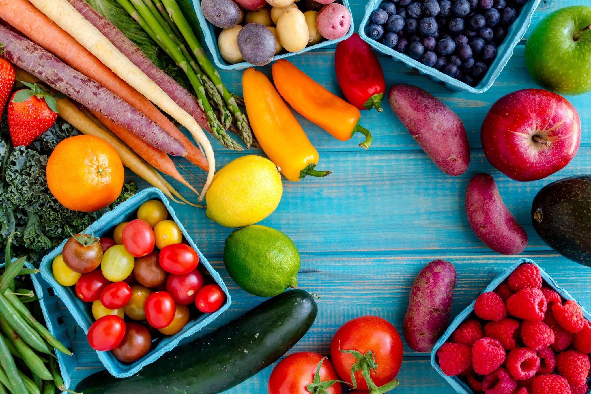 Frisches Obst und Gemüse sind optimal als Snack zwischendurch.