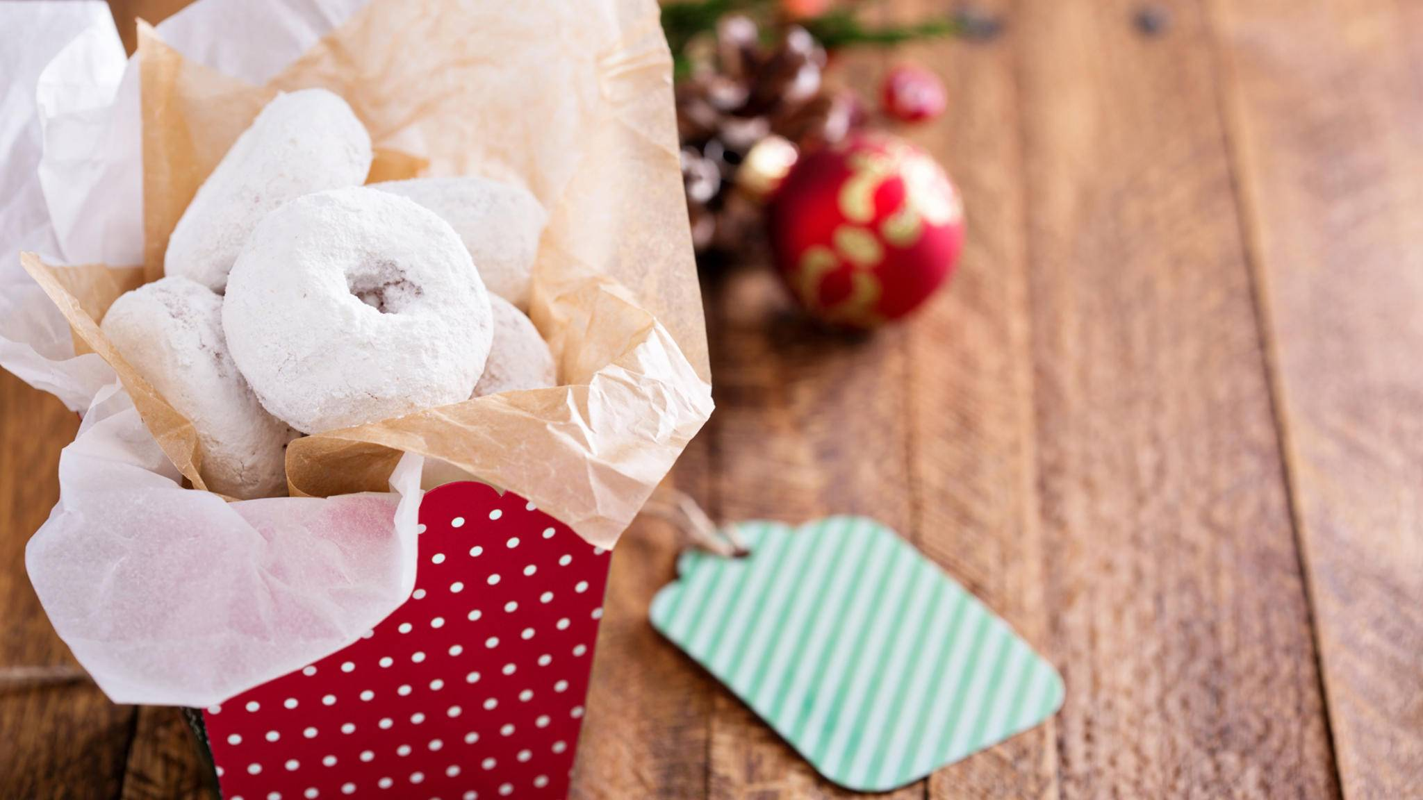 Selbst gebackene Kekse, Plätzchen und Co. sind gern gesehene Weihnachtsgeschenke.