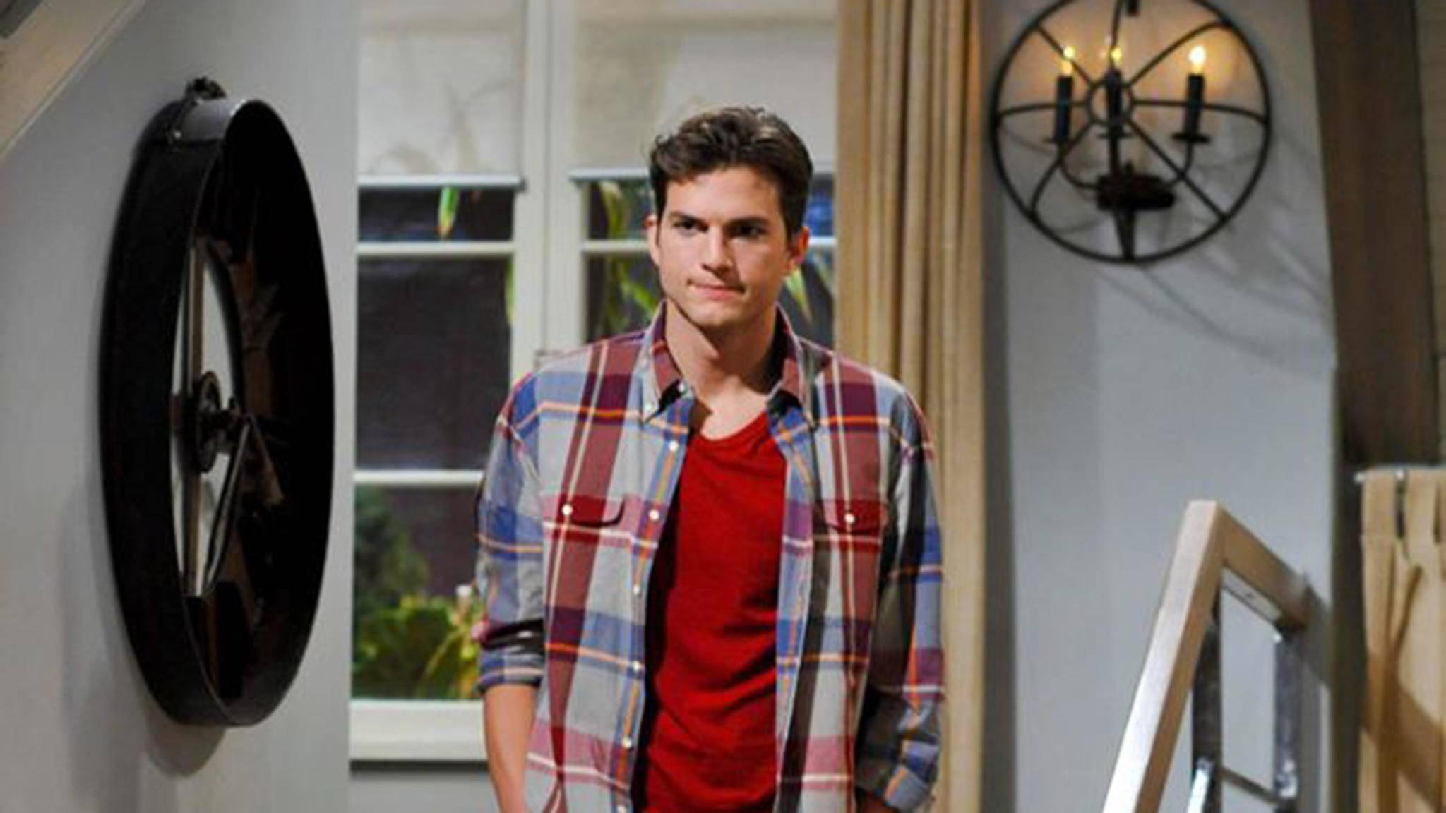 """In der Serie """"Two and a Half Men"""" fliegt die Damenwelt auf """"Supermann"""" Walden (Ashton Kutcher)."""