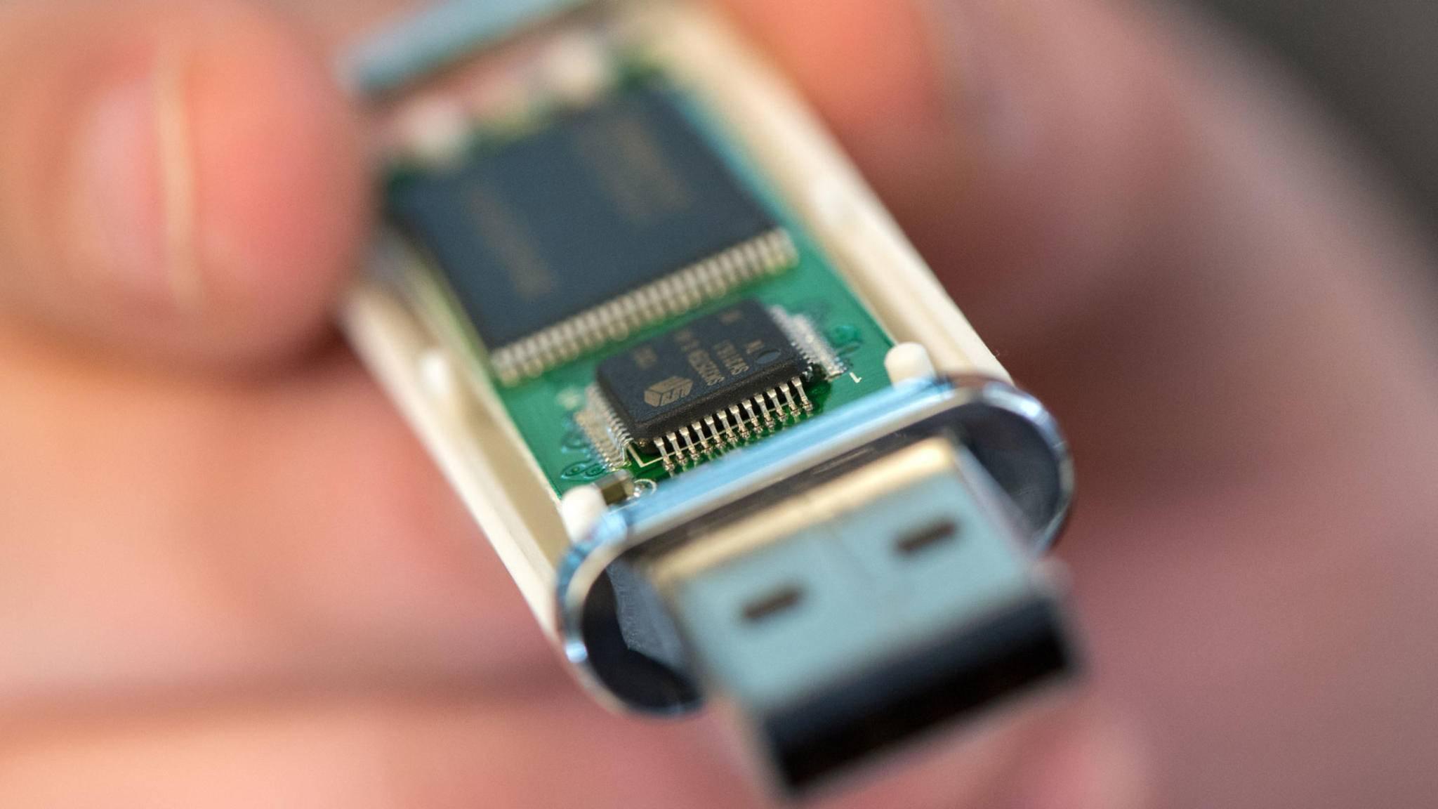 Ein USB-Stick lässt sich mithilfe eines Kabels an ein Android-Smartphone anschließen.