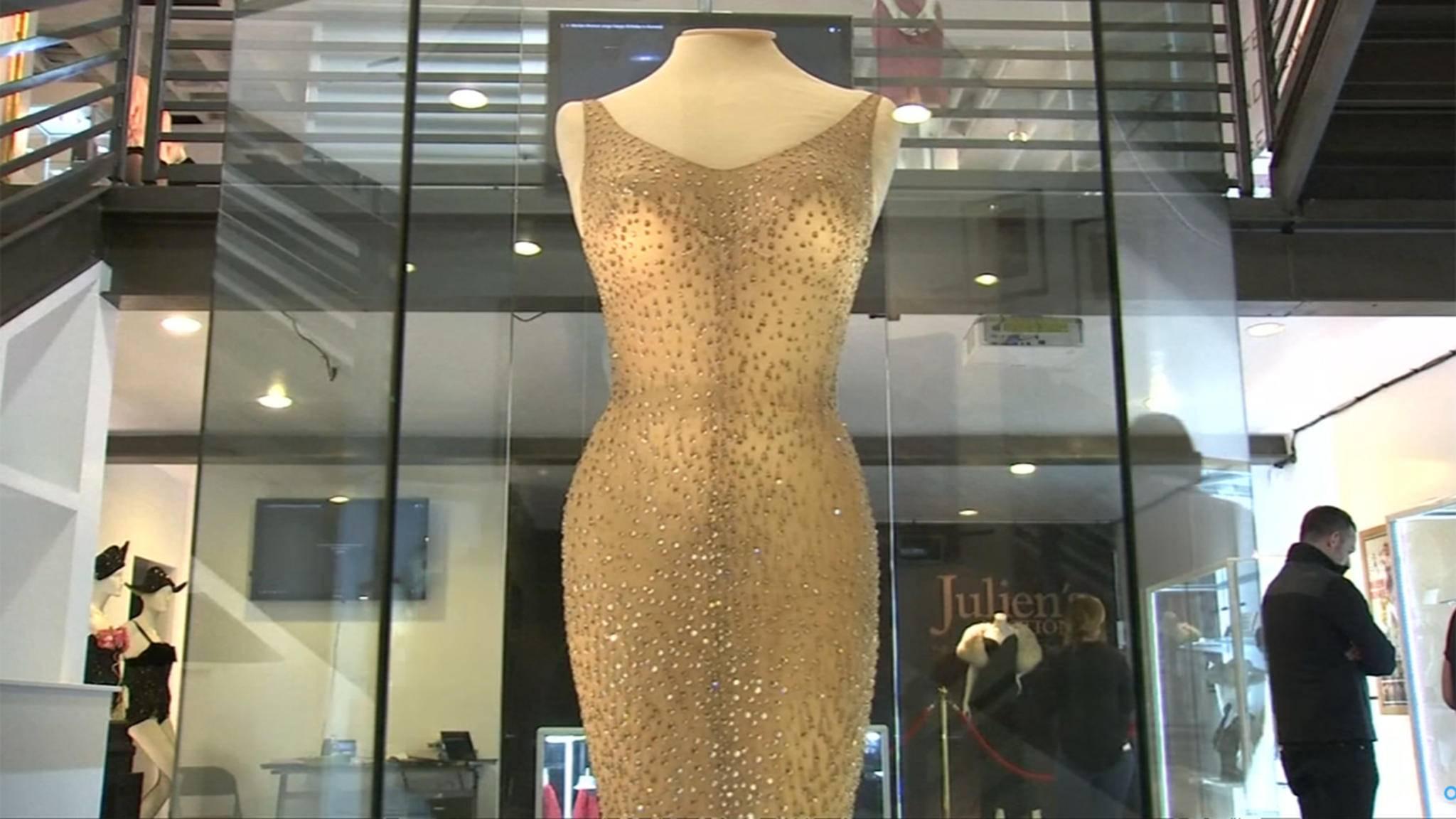 In diesem Kleid sang Marilyn Monroe für US-Präsident Kennedy. Nun wurde die geschichtsträchtige Robe für einen Rekordpreis versteigert.