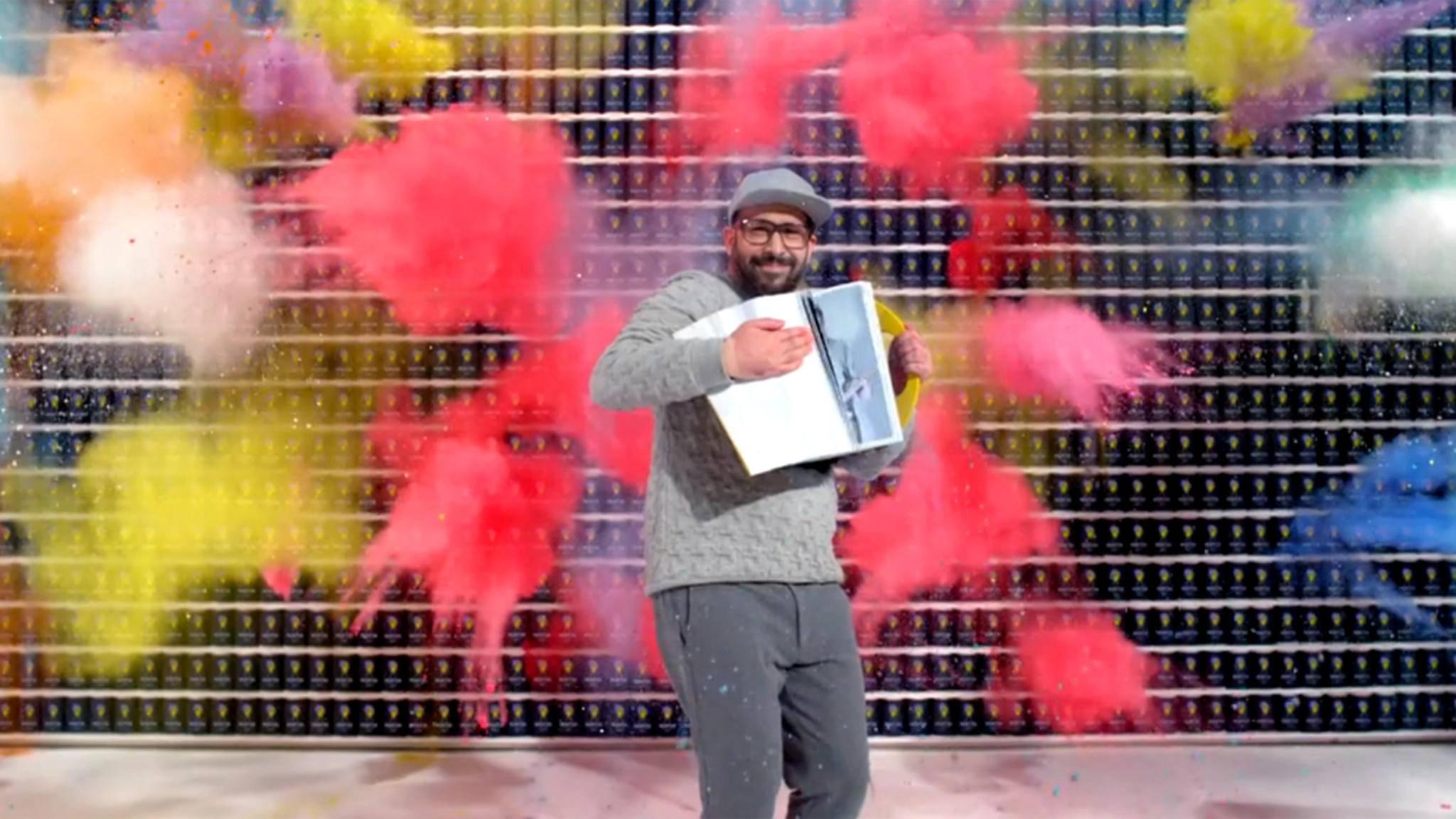 Knallbunt und hochkomplex: OK Go lassen mit ihrem neuen Musikvideo wieder reihenweise Kinnladen runterklappen.
