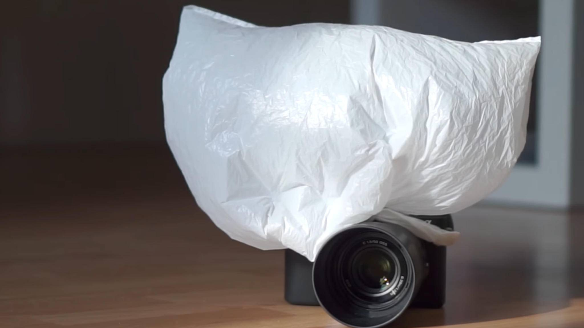 Wozu diese Konstruktion wohl gut ist? Wir klären zusammen mit YouTuber Chung Dha auf und zeigen fünf Lifehacks mit Plastiktüten, die jeder Fotograf kennen sollte.