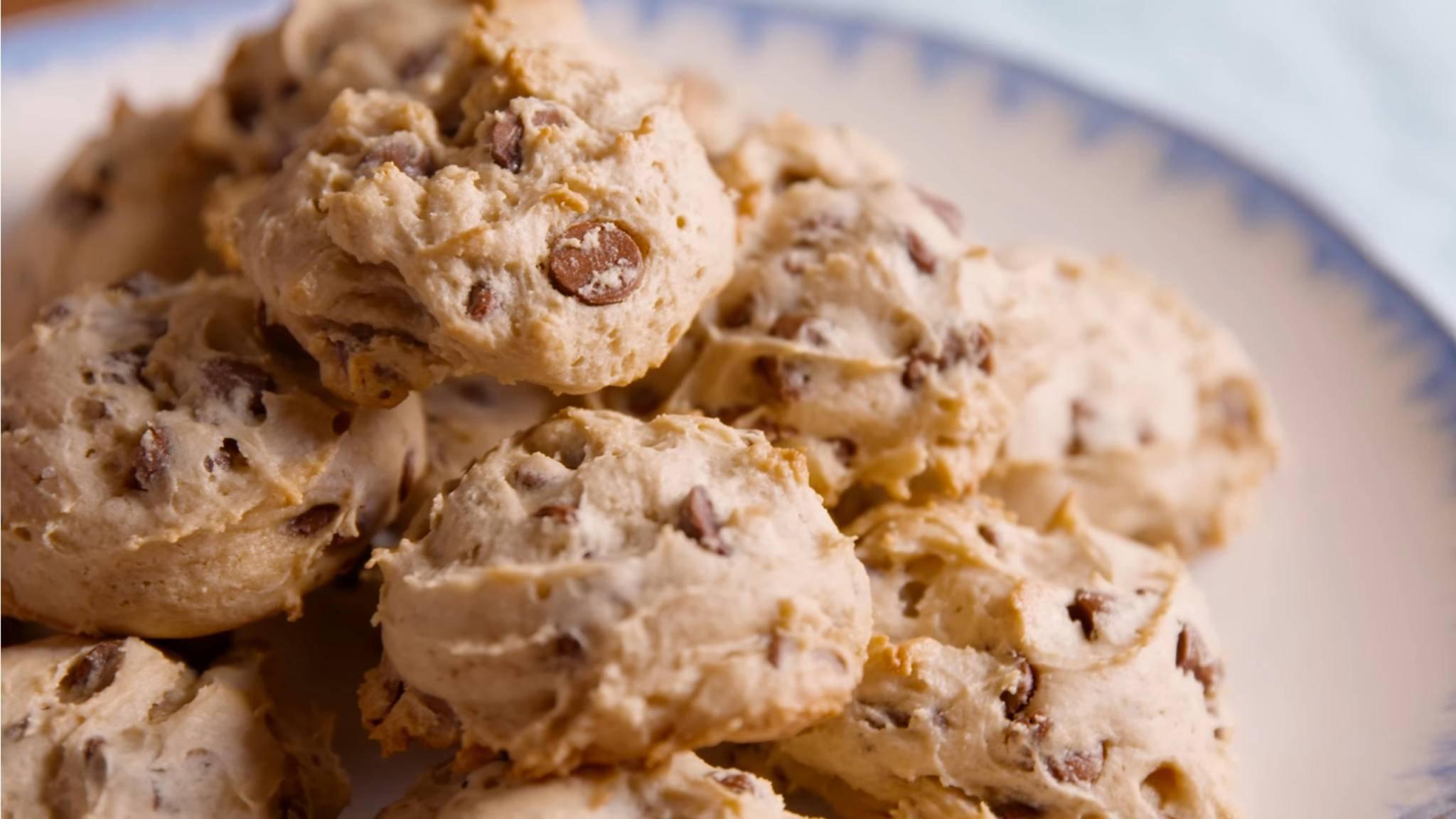 Die Schoko-Cookies mit Frischkäse fallen etwas blasser aus.
