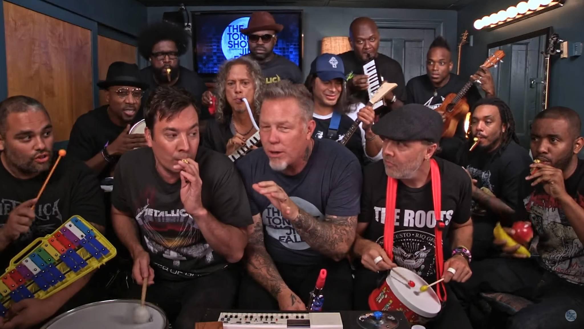 Trotz (oder gerade wegen?) der ungewohnten Instrumente hatten Metallica Spaß bei dem Auftritt.