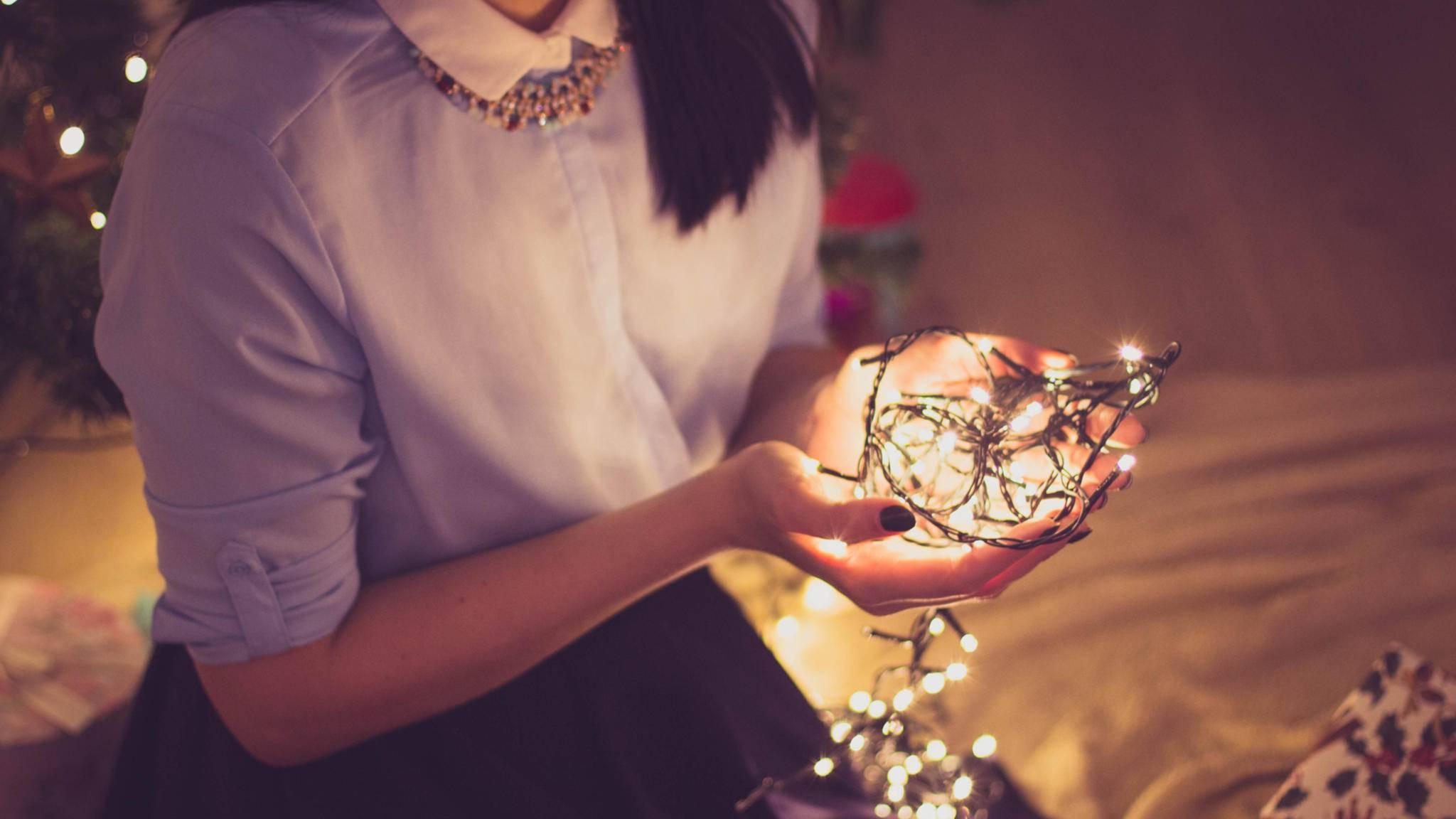 Mit Weihnachtslichtern kann man vielseitig dekorieren.