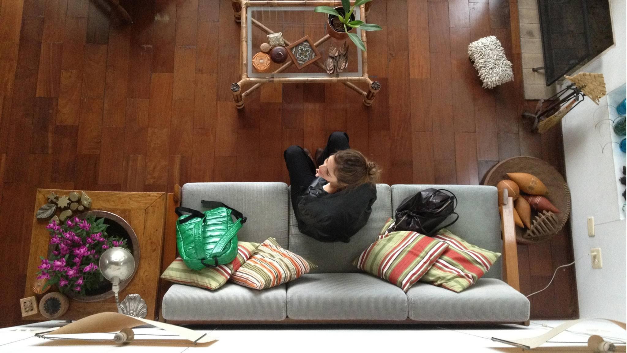 Hinter diesem Sofa lässt sich noch locker Ablagefläche schaffen.