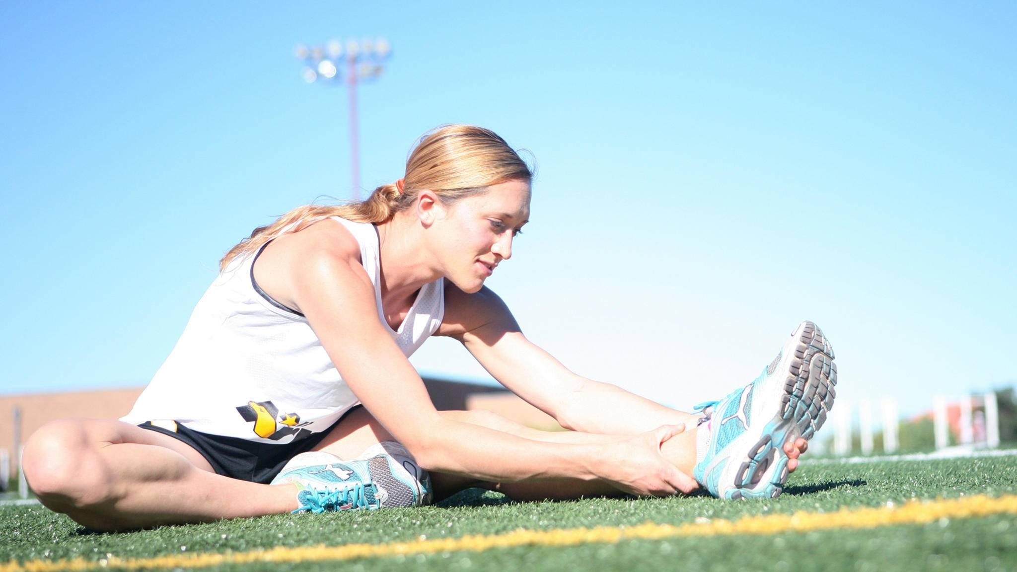 Dehnen vor dem Sport beugt Muskelkater wirksam vor.