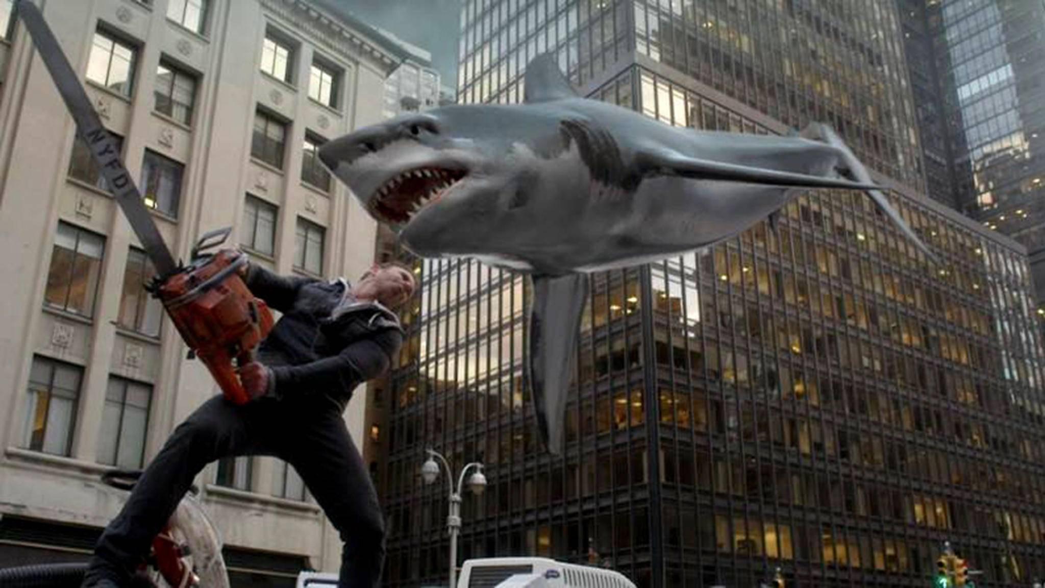 Fliegende Haie und Kettensägen? Im Reich des Hai-Trash-Horrors noch eine der logischeren Ideen...