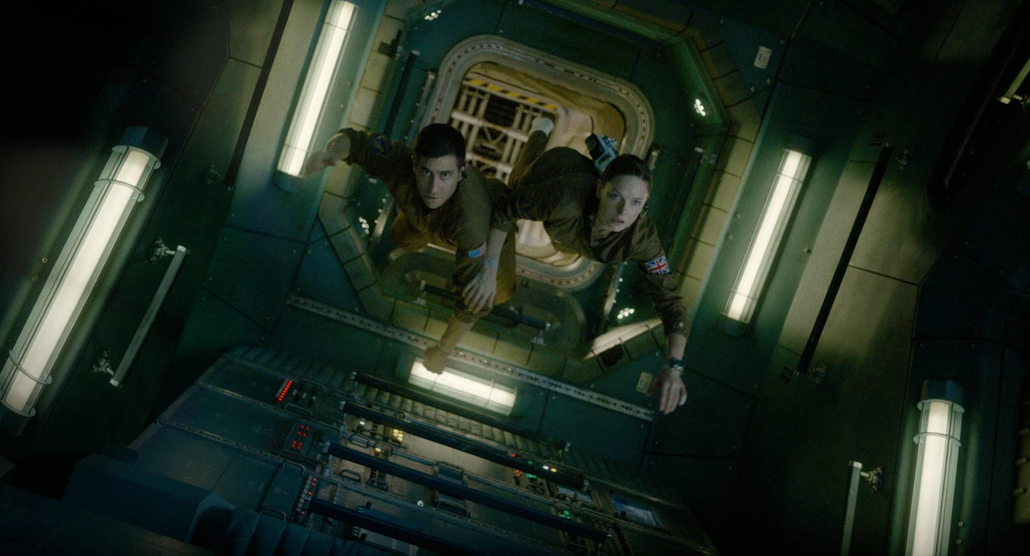 Jake Gyllenhaal und Rebecca Ferguson schwerelos im Weltall.