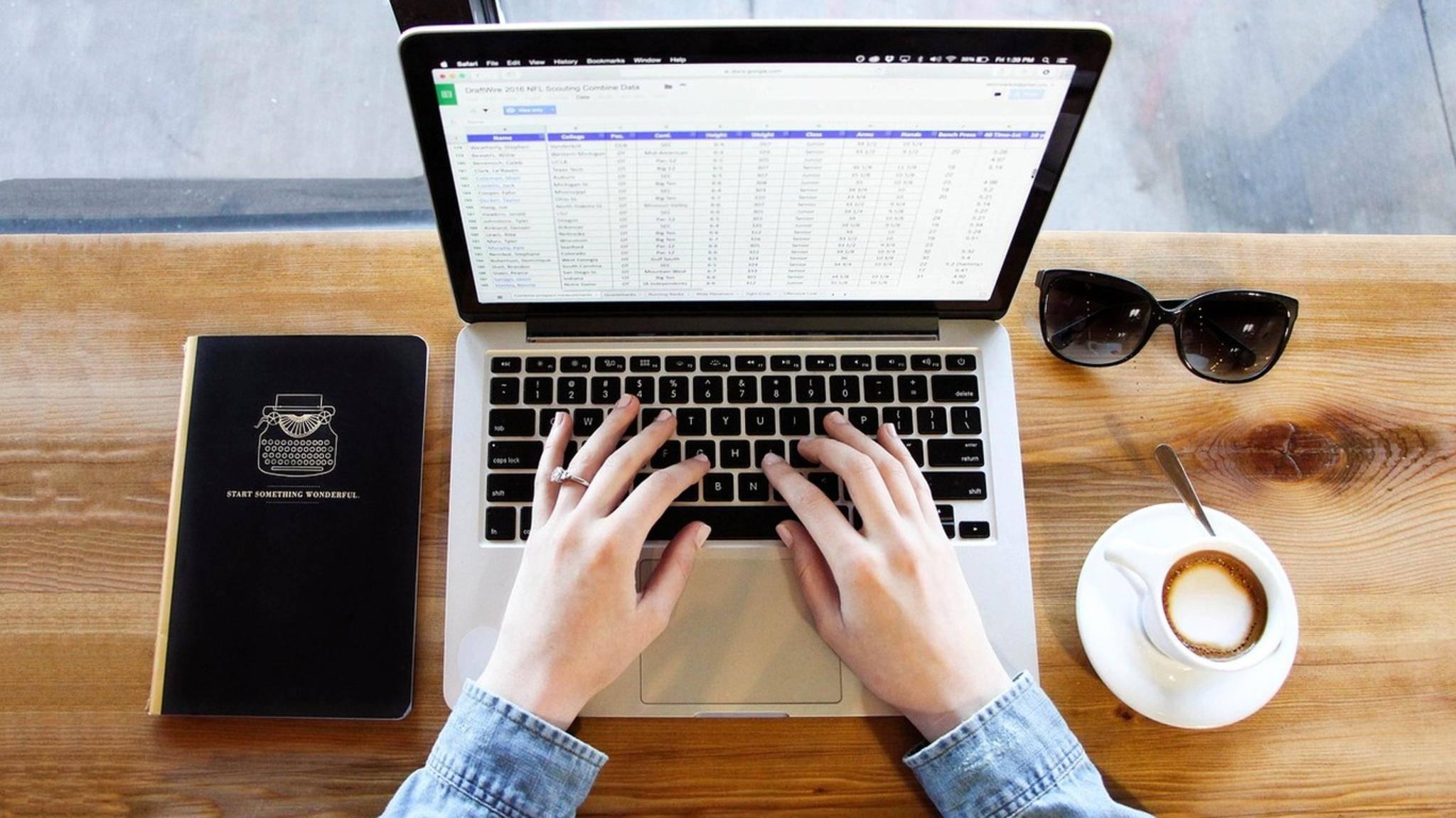 Damit eine Excel-Tabelle auf eine Druckseite passt, musst Du sie entsprechend skalieren.