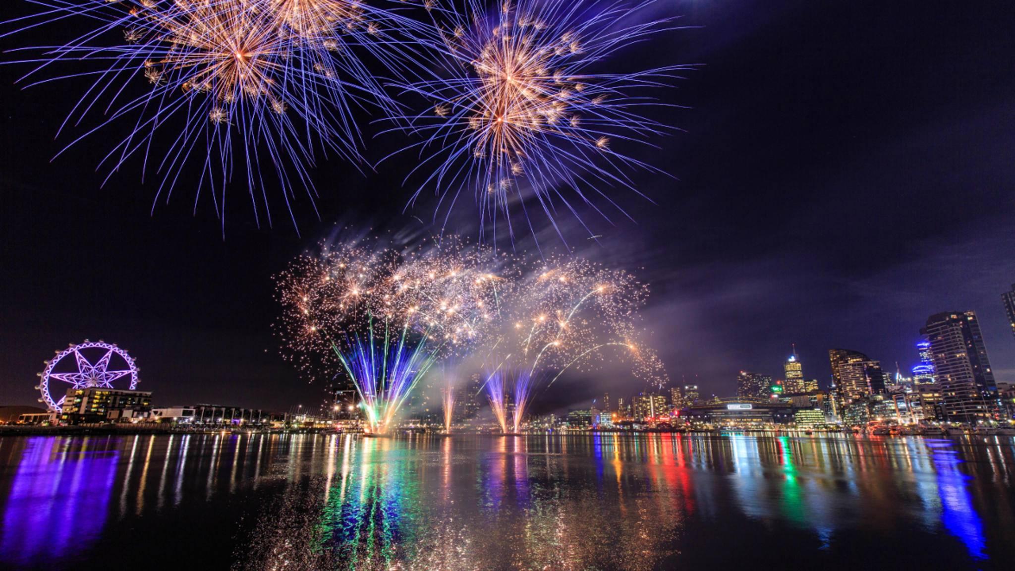 Ein echtes Feuerwerk ist zwar immer schöner, notfalls kann man es sich aber auch aufs Smartphone holen.