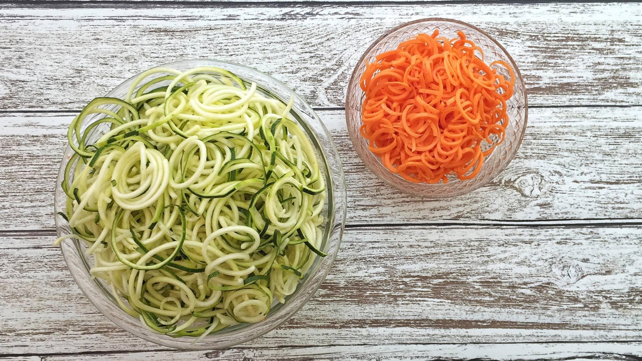 Spiralen aus Zucchini und Karotten sind ein kalorienarmer Ersatz für Pasta.