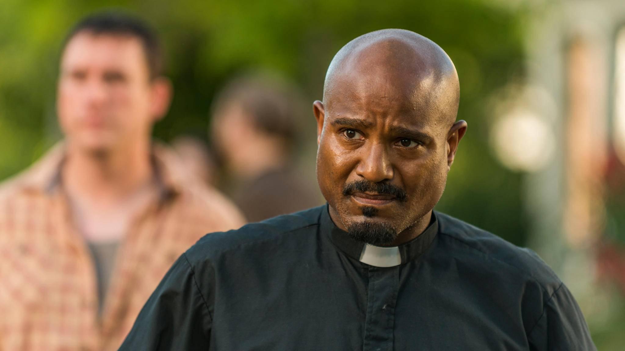 Während seiner Nachtwache ahnt Father Gabriel nicht, dass er heimlich beobachtet wird.