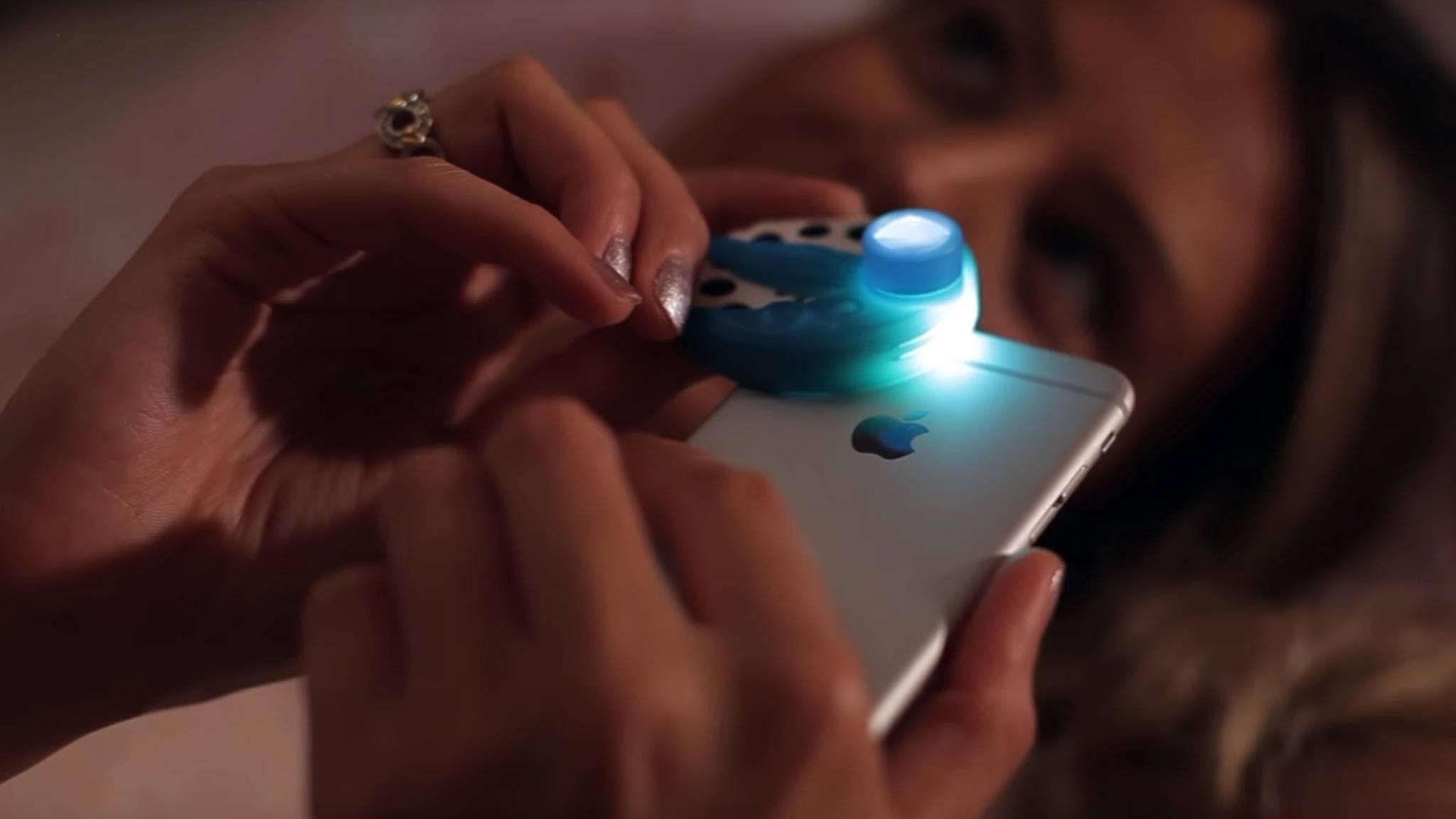 Moonlite wird über die Taschenlampe des Smartphones gesteckt.