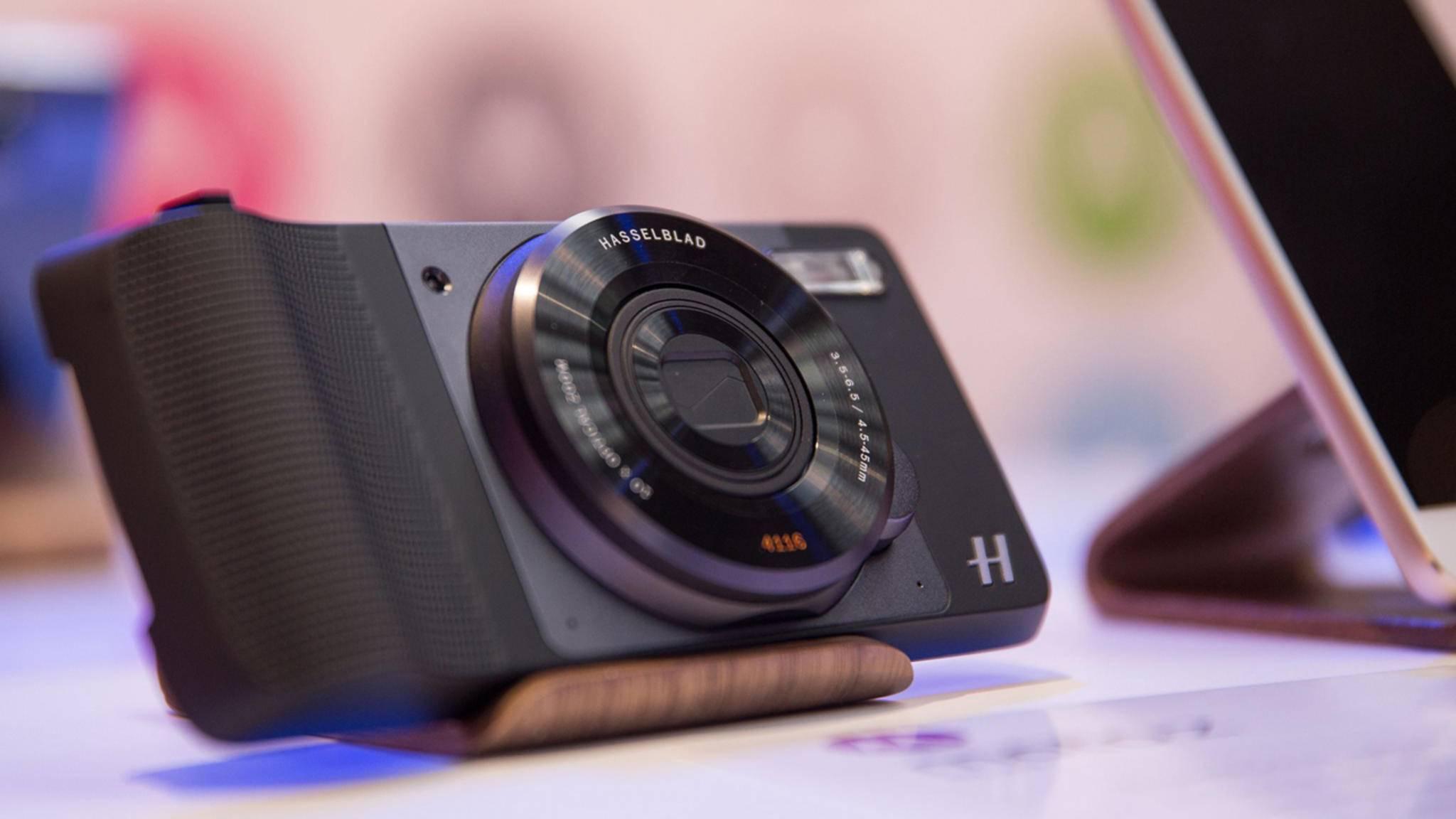 Die Hasselblad-Kameralinse zum Aufstecken ist nur einer von vielen möglichen Moto Mods, mit denen sich die Funktionalität von Motorola-Smartphones erweitern lässt.