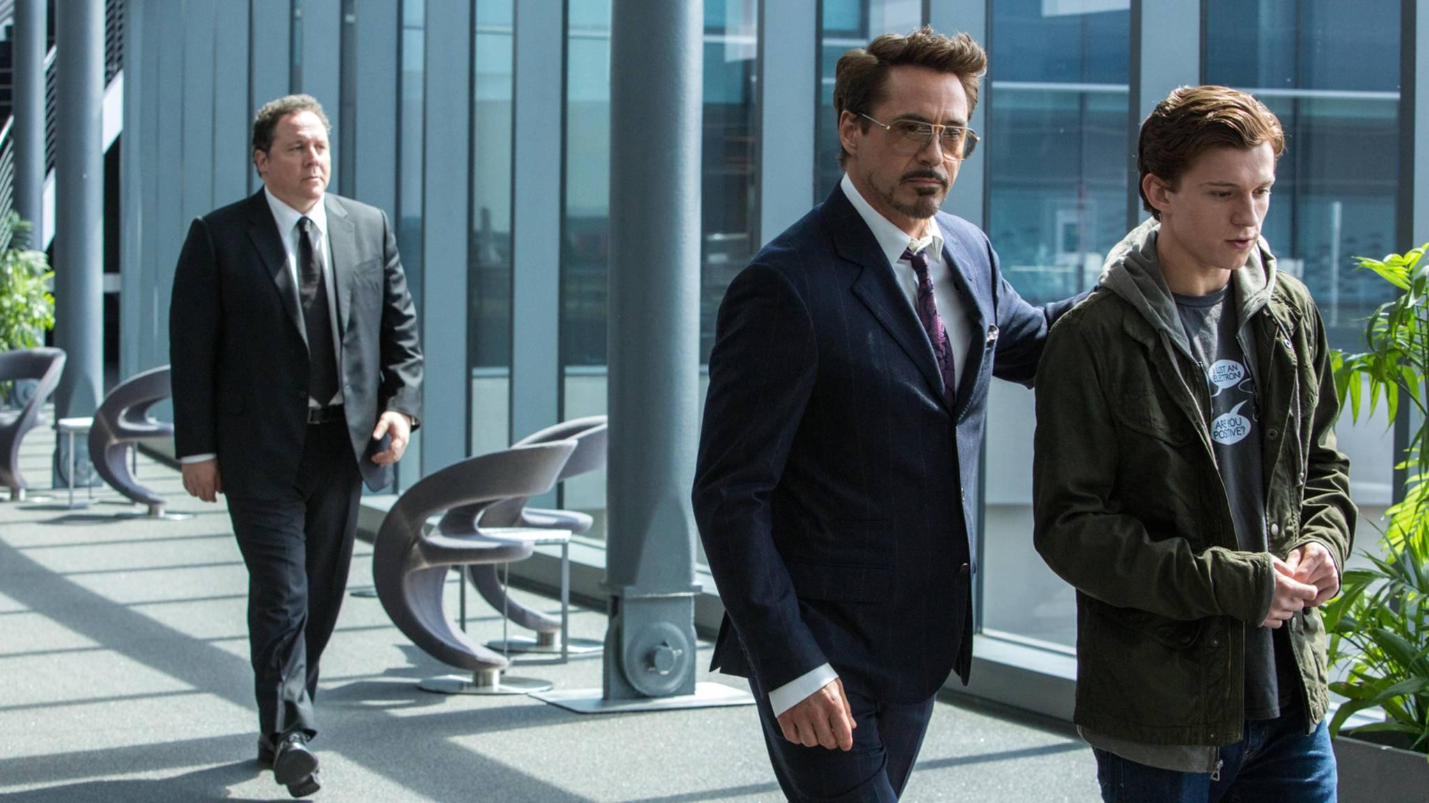 Iron-Man (Mitte) kommt mit Happy (links) und dem jungen Spidey (rechts) im Schlepptau.