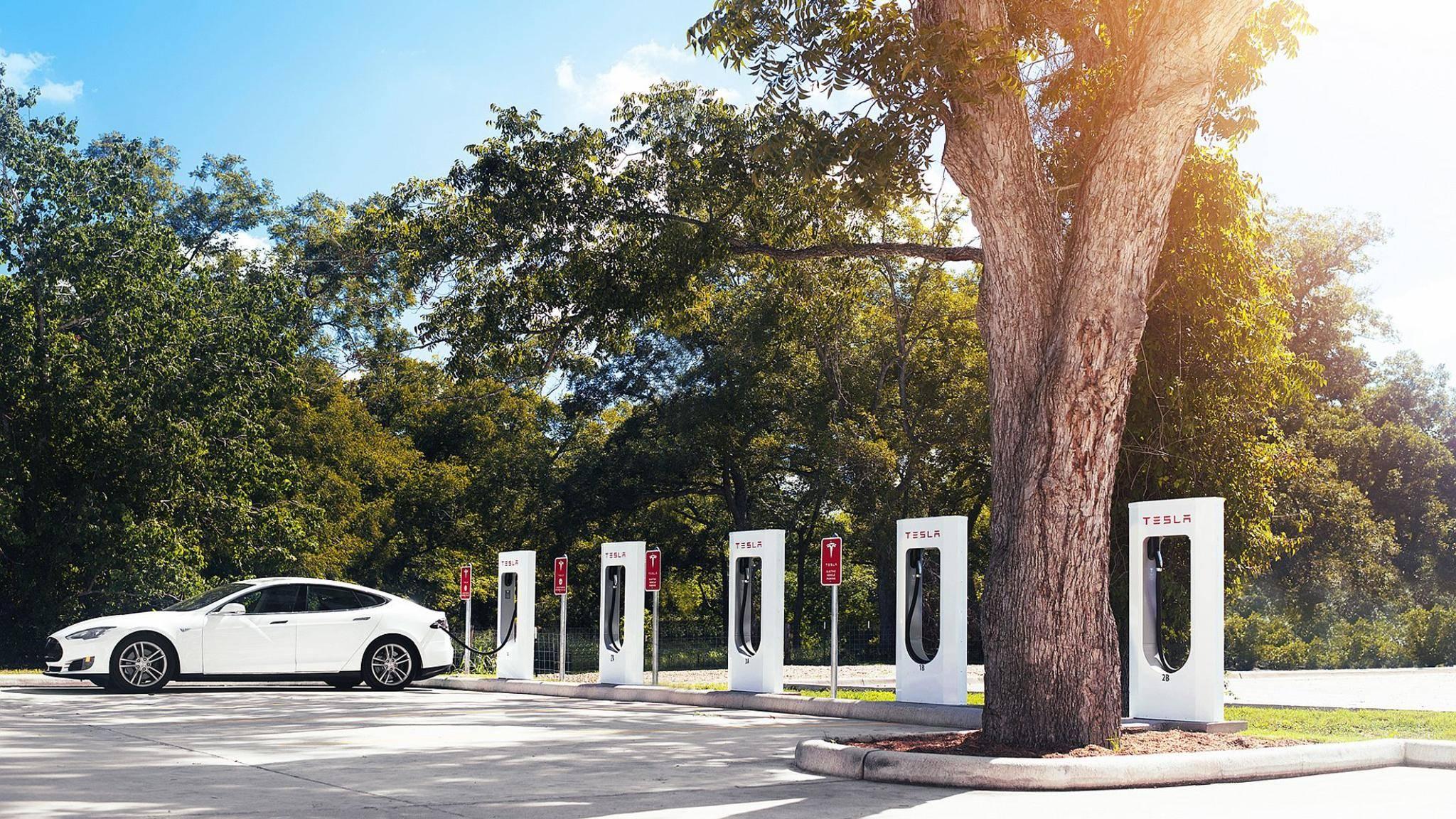 Ein Tesla-Modell an der Ladestation.