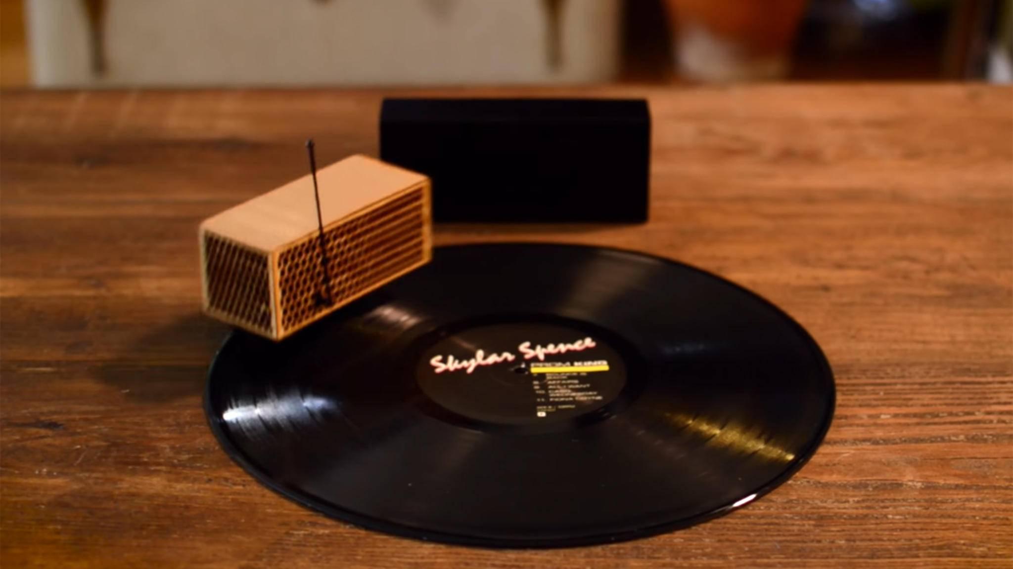 Kompakt und ziemlich flink: RokBlok spielt Platten ab, während er auf ihnen herumfährt.
