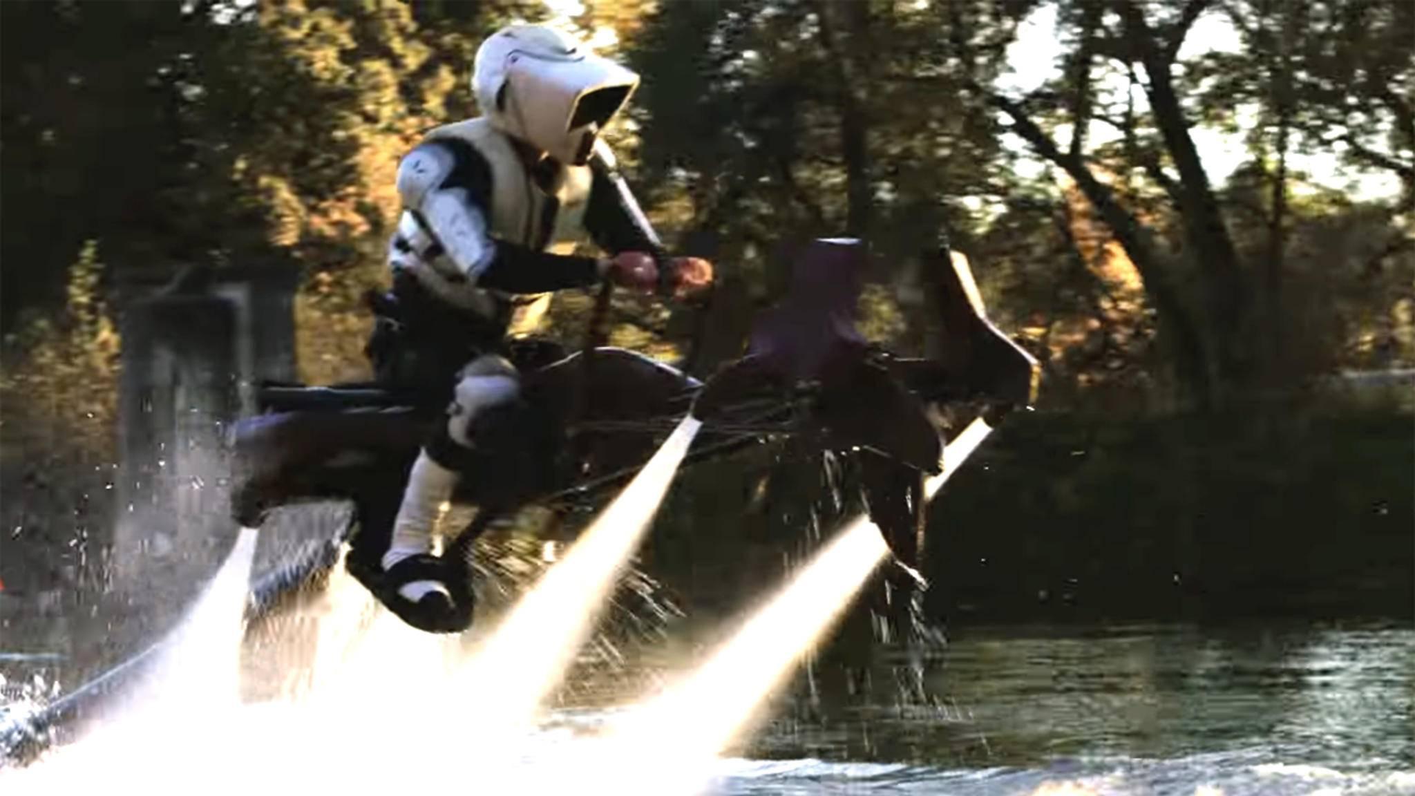 """Ein Fantraum wird wahr! Filmemacher Devin Graham bringt Speeder Bikes aus """"Star Wars"""" zum Fliegen – mit Wasserkraft."""