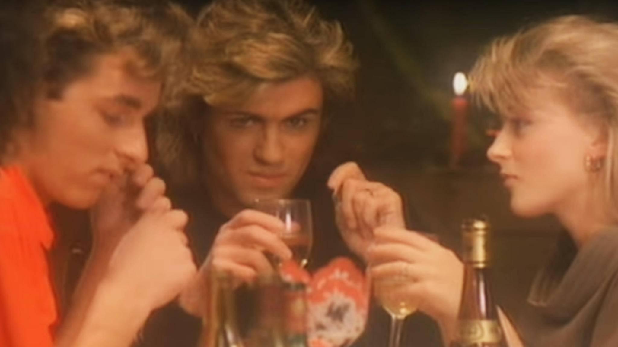 """Beim besinnlichen Weihnachtsessen: George Michael im Video zu """"Last Christmas""""."""