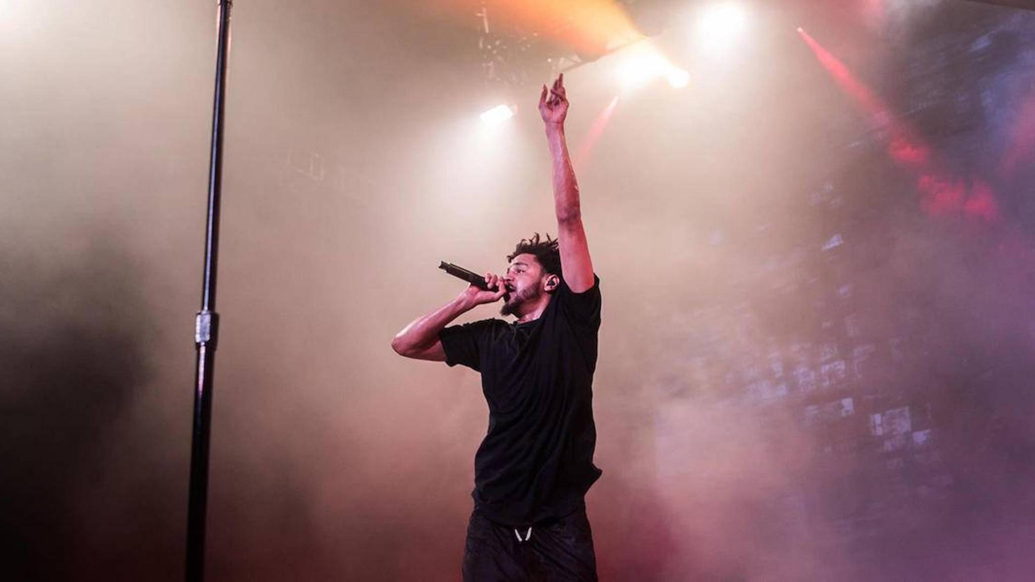 J. Cole heizt dem Publikum auf dem Lollapalooza ein.