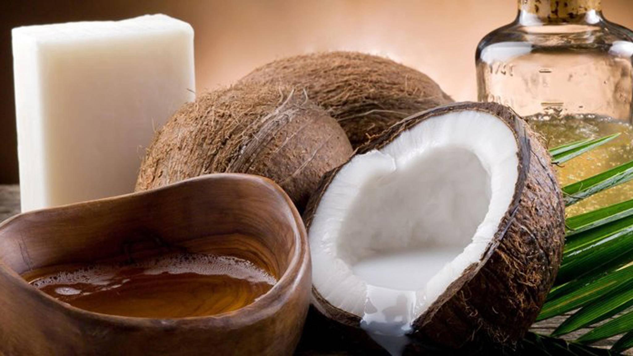 Reife Kokosnüsse bestehen etwa zu 35 Prozent aus Fett – das prima zum Backen verwendet werden kann.