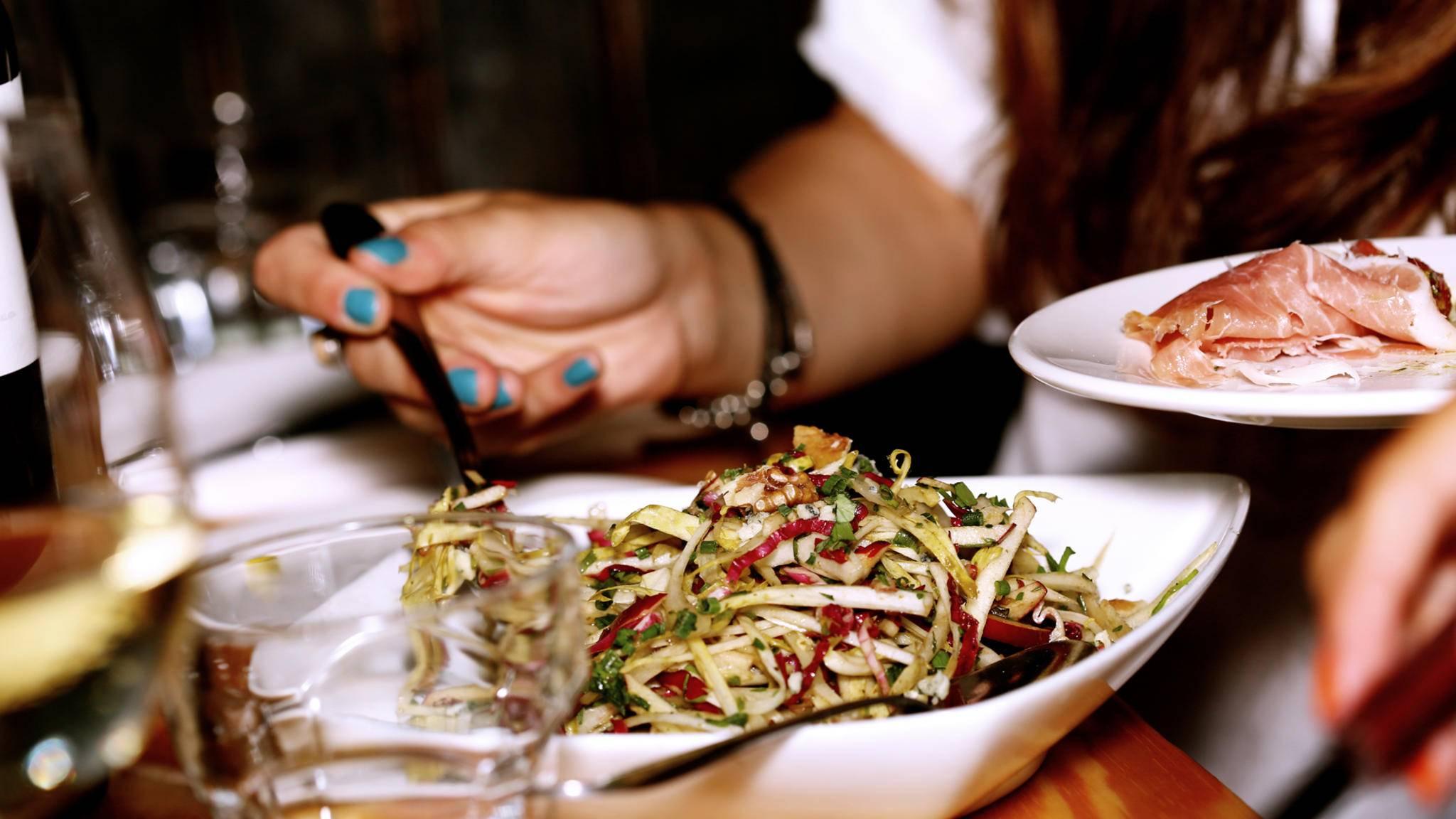 Heute nur Salat? Manchmal ist es gar nicht so einfach, auf Fleisch zu verzichten.