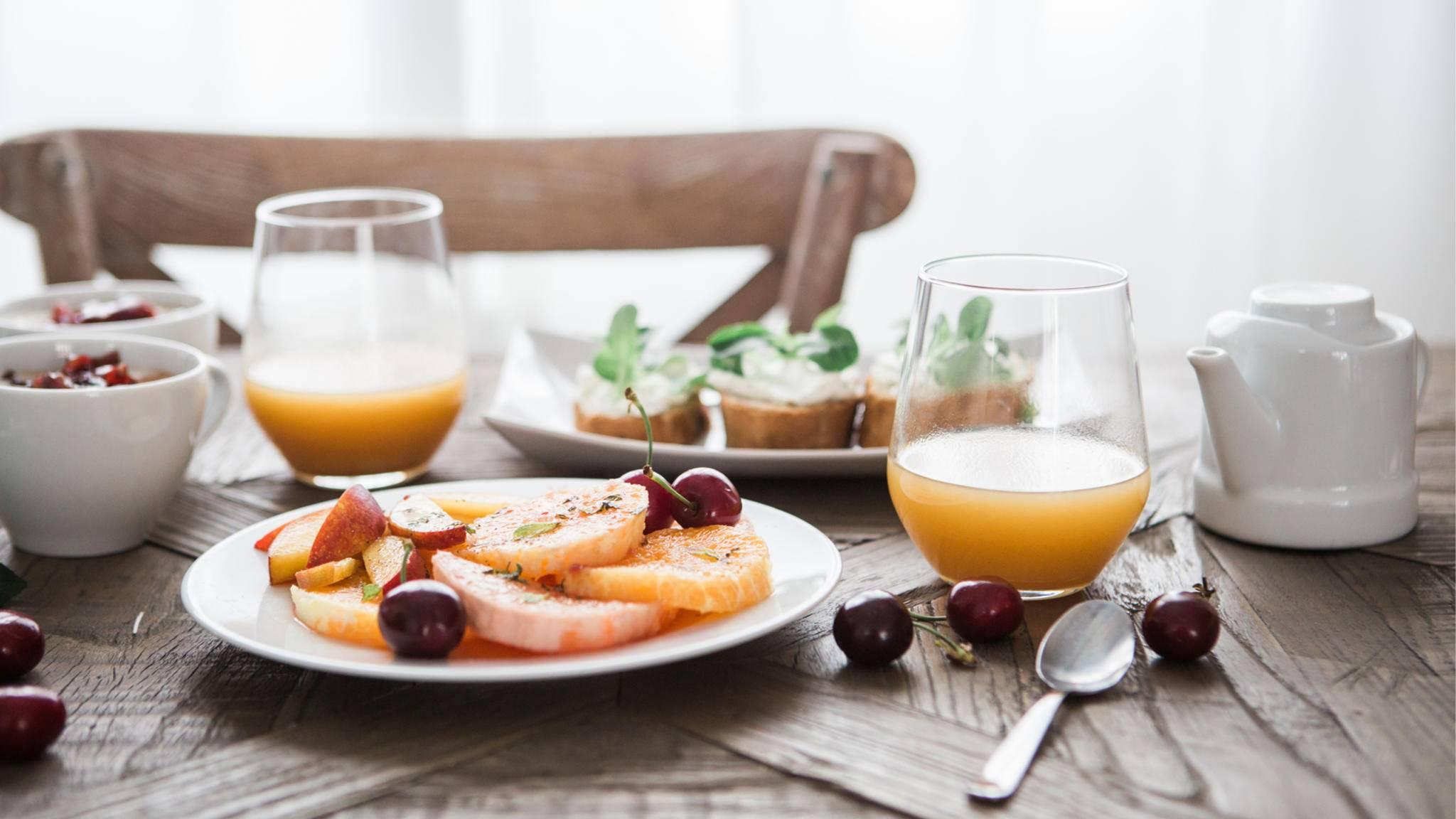 Auf diesem Frühstückstisch stehen auch Lebensmittel, die der Diät nicht zuträglich sind.