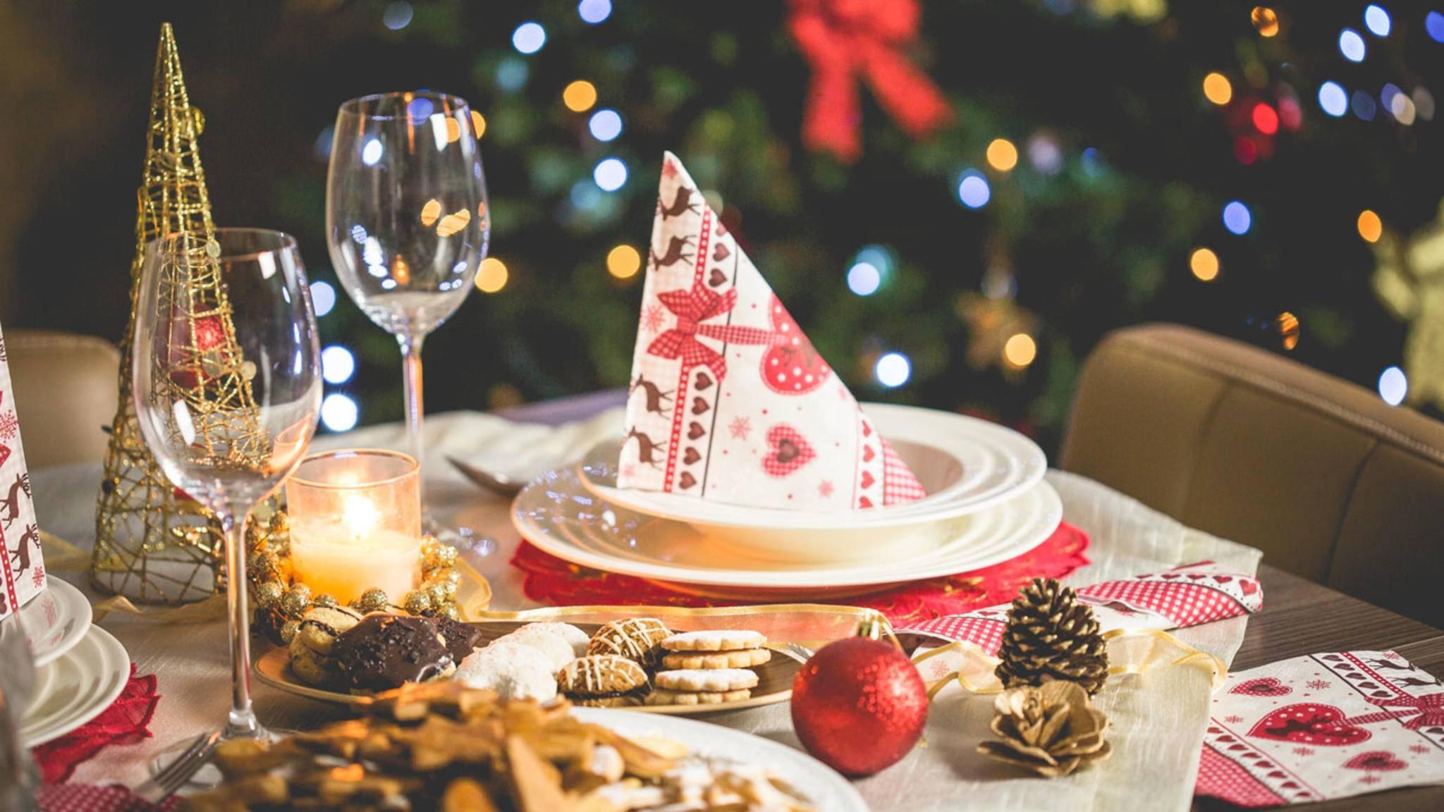 Was da wohl Leckeres auf den Tisch kommt? Ein paar Ideen fürs Weihnachtsessen hätten wir – und auch die passenden Küchengeräte dazu.