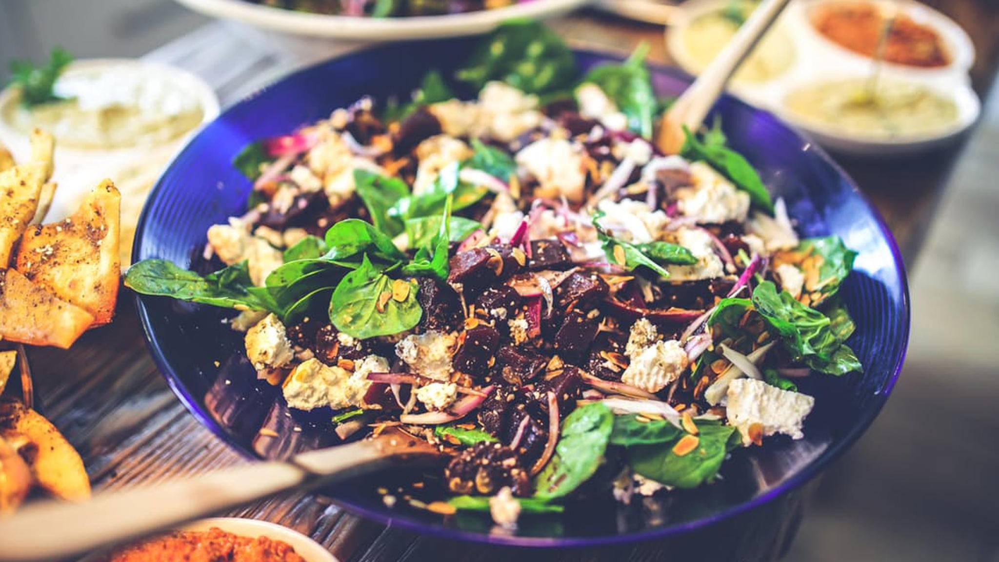 Kalorienarm und frisch: Salate liegen nicht nur im Sommer im Trend.