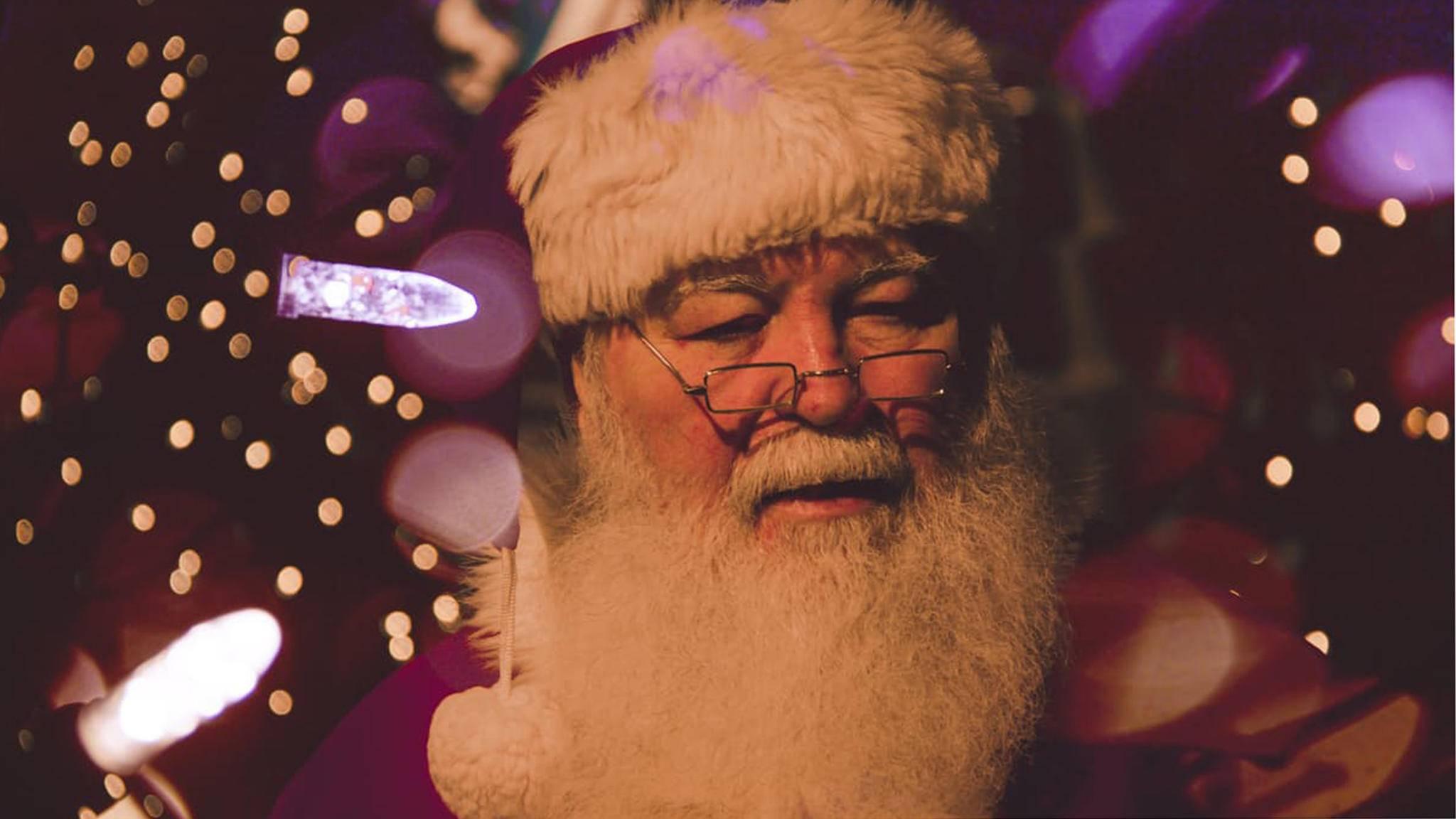 Bei Anruf Elf: Der Weihnachtsmann und seine Helfer nehmen Weihnachtswünsche jetzt auch telefonisch entgegen.