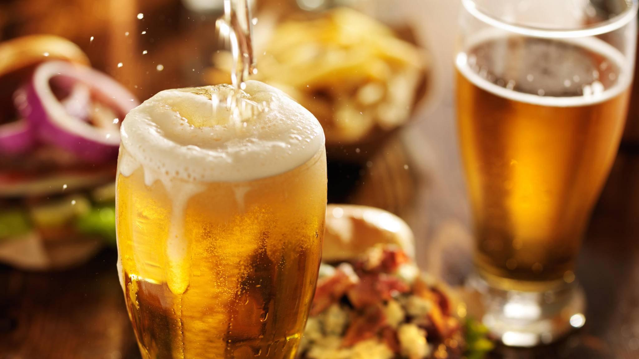 Nach einem Bier gelüstet es einen schnell nach einem Burger.