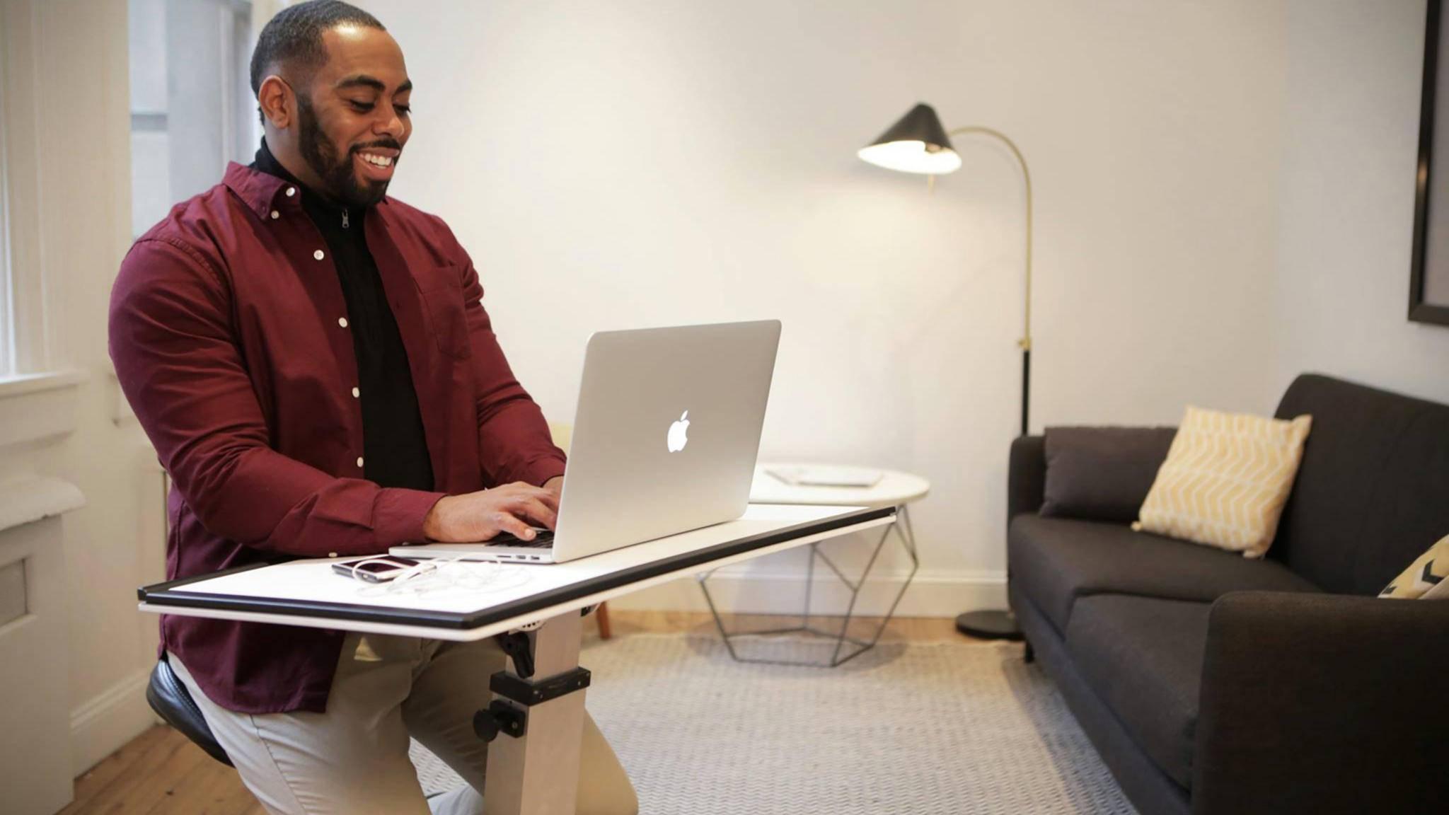 Der Edge Desk kommt überall mit hin und macht jeden Ort zum Arbeitsplatz.