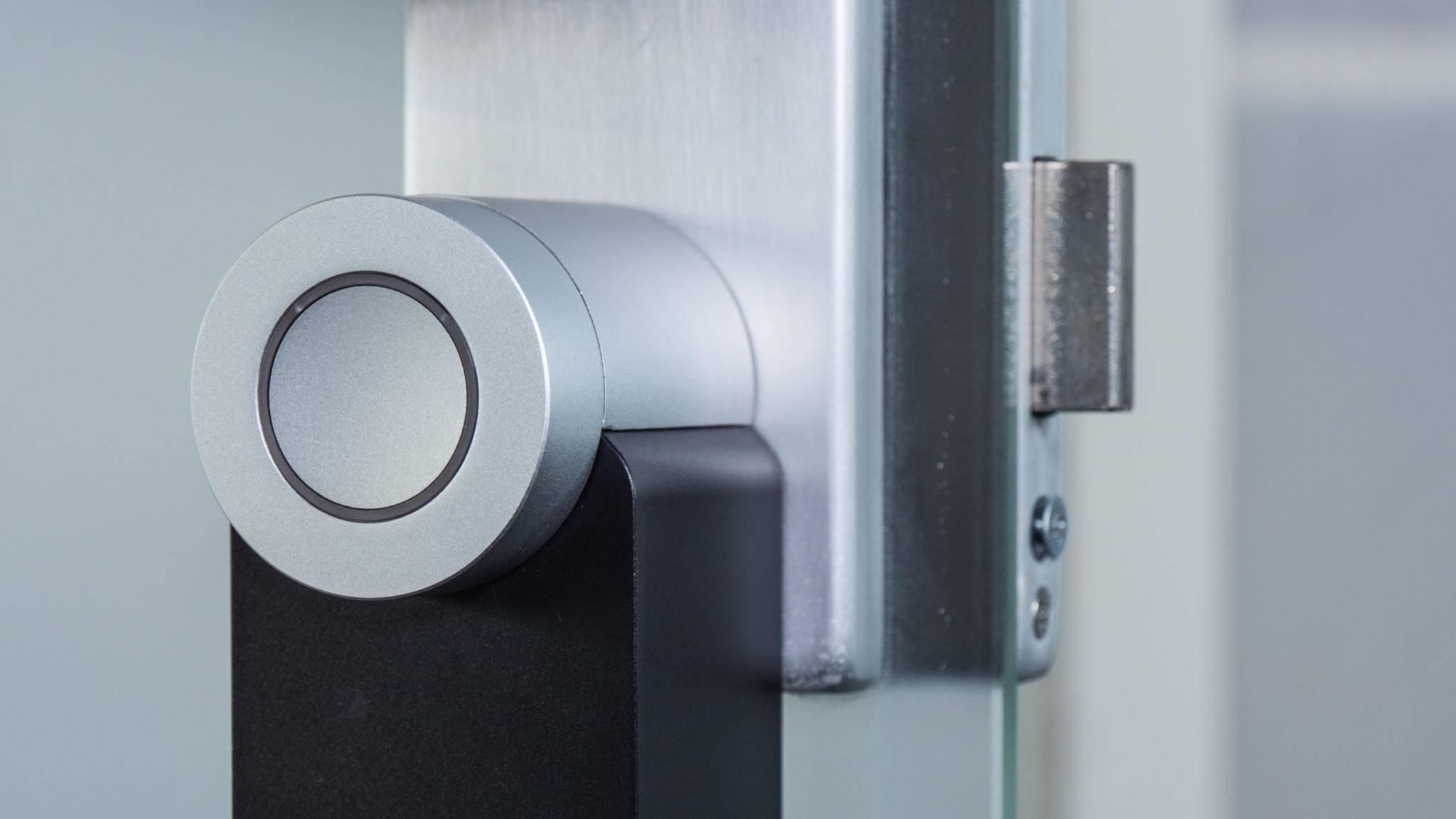 Auch durch Drücken oder Drehen am Knauf lässt sich die Tür normal öffnen.