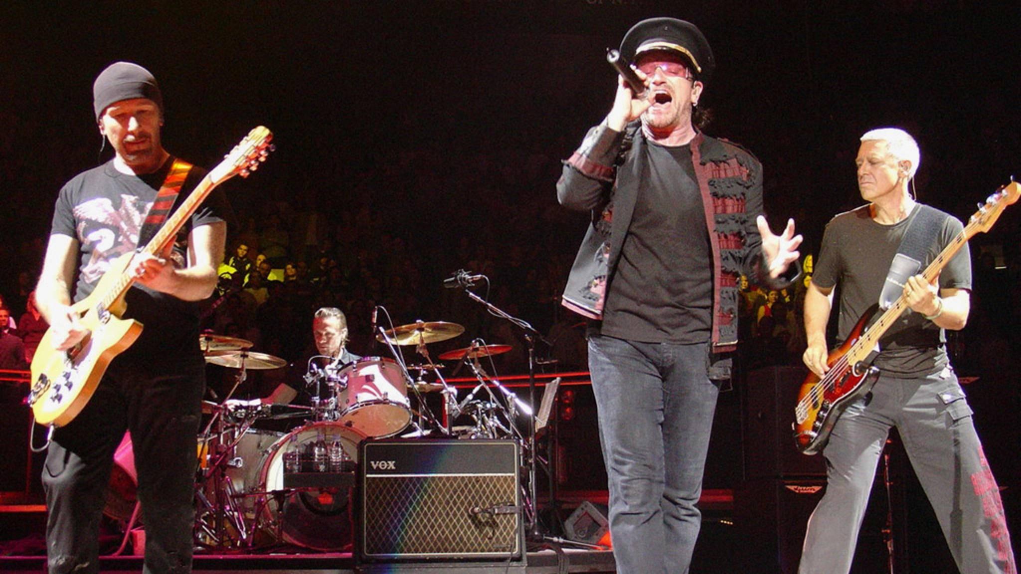 Neue Songs auf der Jubiläumtour? U2-Bassist Adam Clayton (r.) ist dafür!
