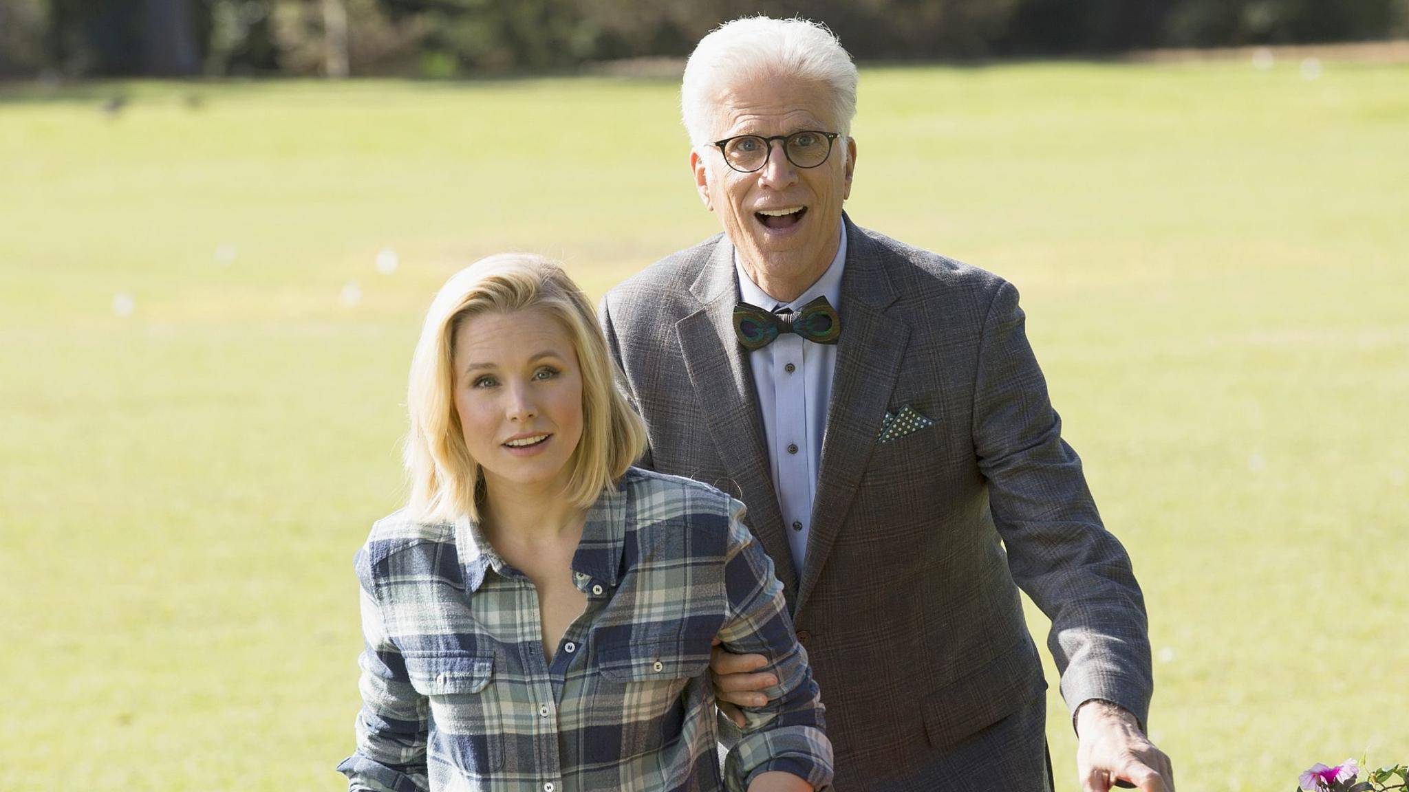 """Kristen Bell und Ted Danson haben allen Grund zur Freude: """"The Good Place"""" bekommt eine zweite Staffel."""