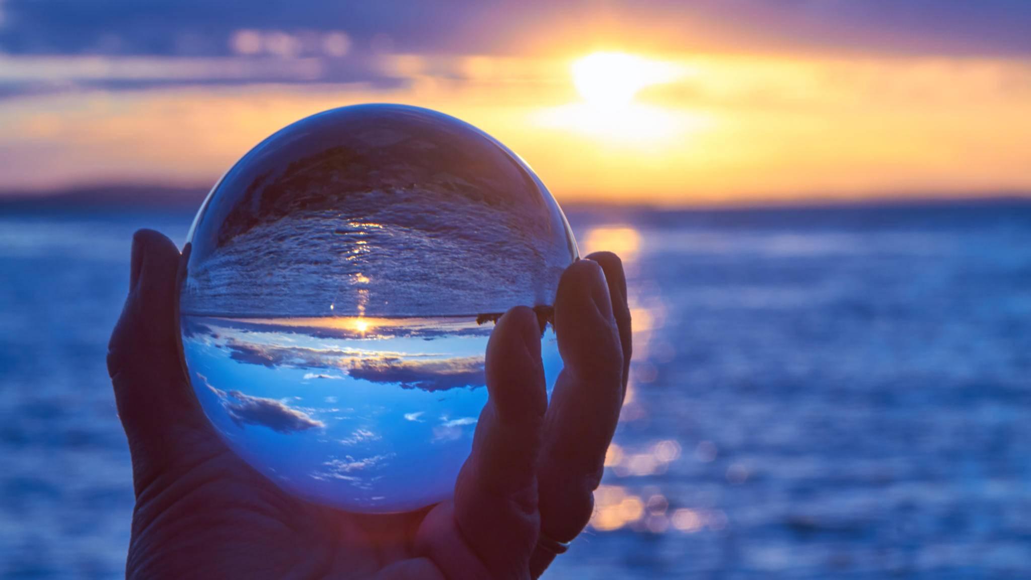 Die Welt in der Kugel: Die Glaskugel-Fotografie schafft wundervoll verträumte Bilder.